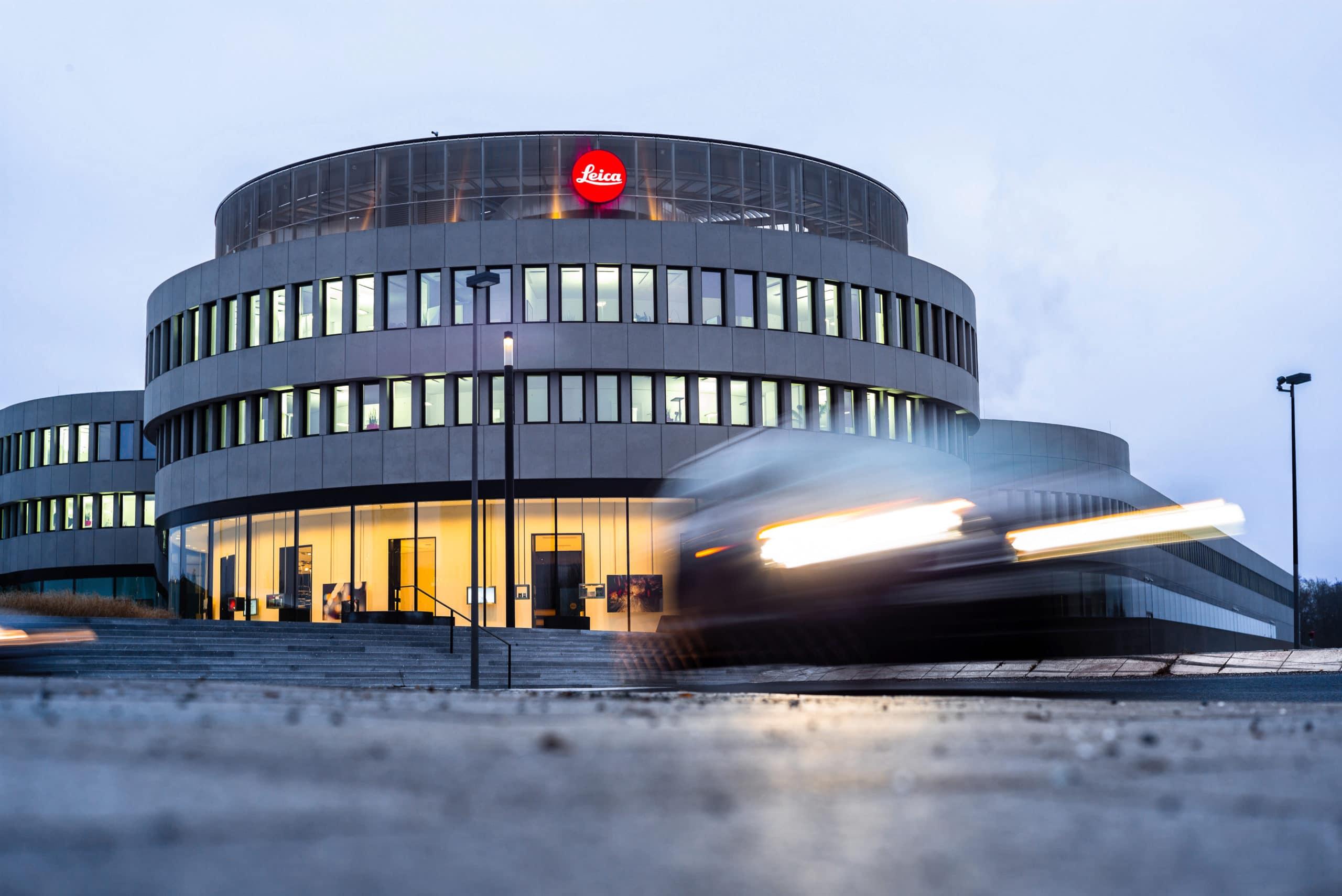 Architekturaufnahme des Leitz Park Leica in der Dämmerung mit bewegtem Auto im Vordergrund | Architektur Fotograf in der Region Osnabrück Münster Bielefeld