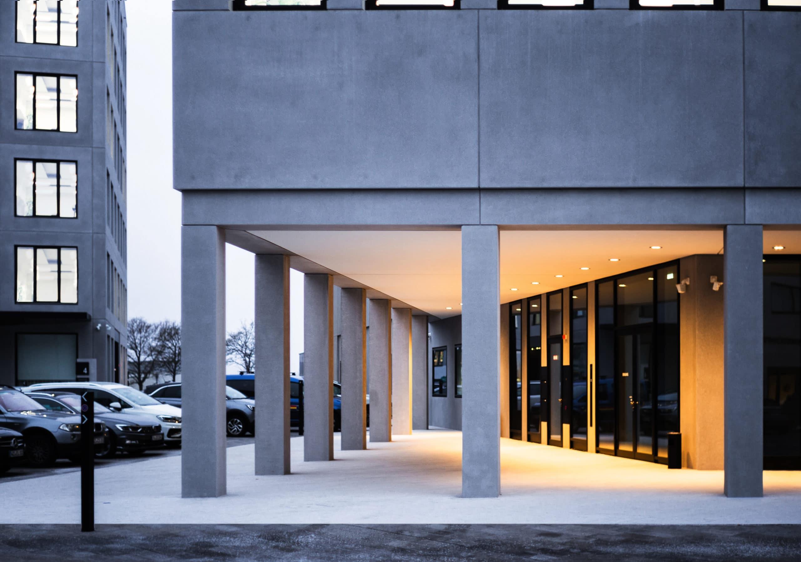 Architekturaufnahme vom Eingangsbereich des Leitz Park Leica in der Dämmerung | Architektur Fotograf in der Region Osnabrück Münster Bielefeld