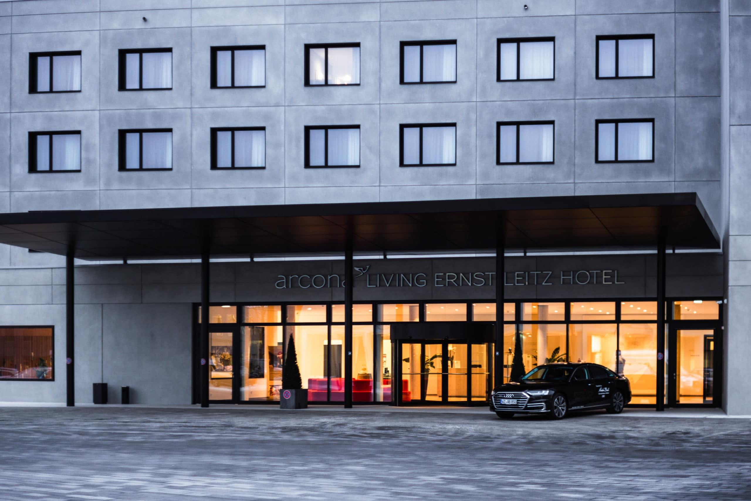 Architekturaufnahme vom Eingangsbereich des Ernst Leitz Hotels in der Dämmerung | Architektur Fotograf in der Region Osnabrück Münster Bielefeld