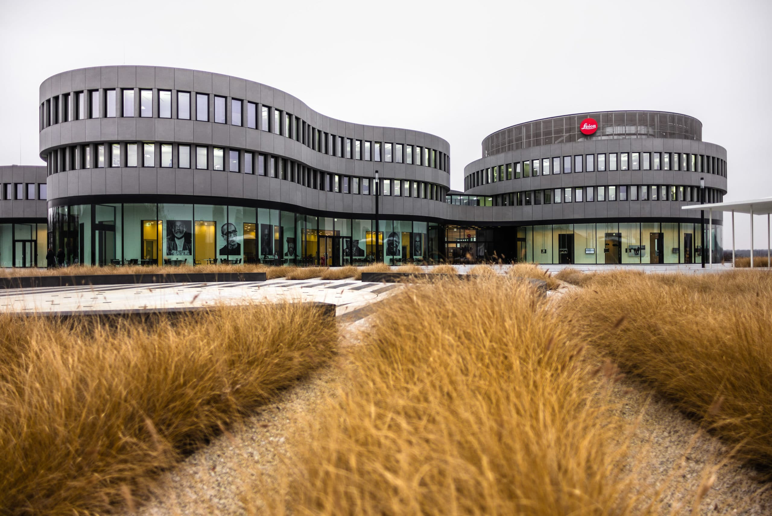 Frontale Architekturaufnahme vom Leitz Park Leica | Architektur Fotograf in der Region Osnabrück Münster Bielefeld