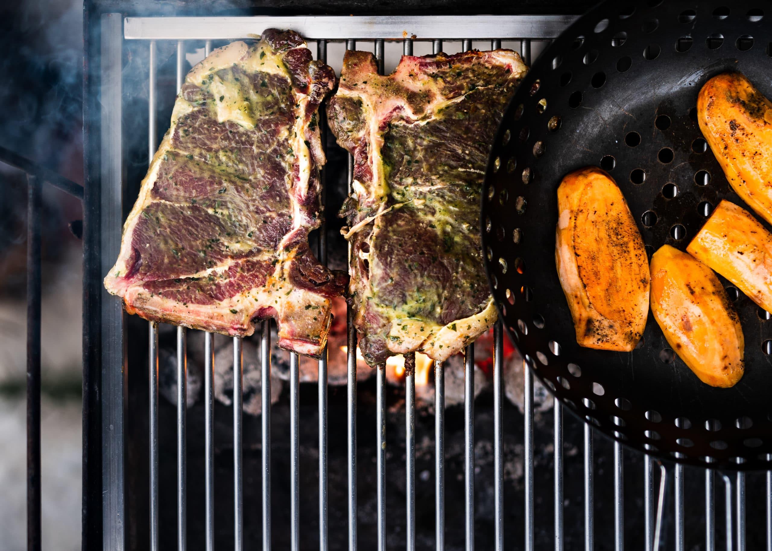Lifestyle Food Aufnahme saftiger Steaks auf einem Holzkohle Grill BBQ | Fotograf in der Region Osnabrück Münster Bielefeld für Foodfotografie