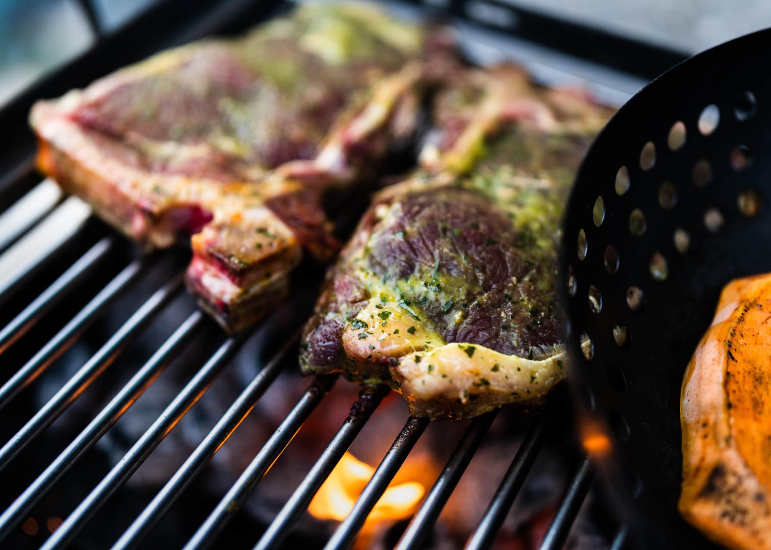 Lifestyle Food Aufnahme saftiger Steaks auf einem Holzkohle Grill BBQ im Detail | Fotograf in der Region Osnabrück Münster Bielefeld für Foodfotografie