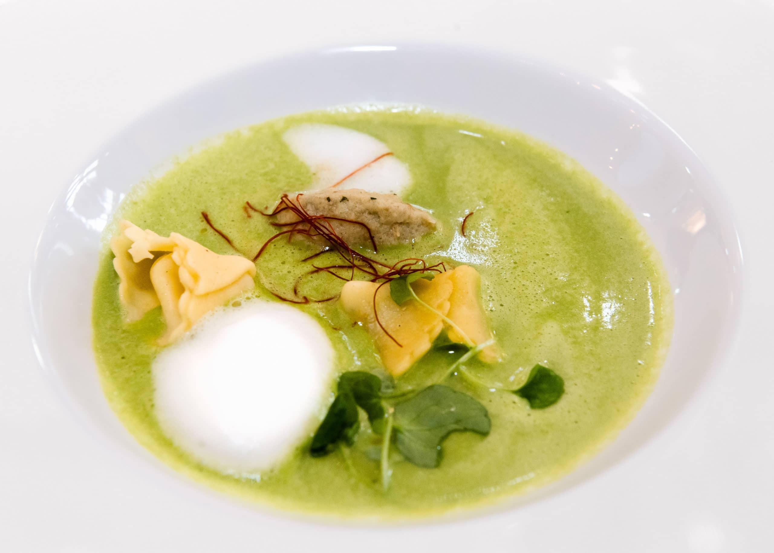 Food Aufnahme einer Suppe in einem Sterne Restaurant | Fotograf in der Region Osnabrück Münster Bielefeld für Foodfotografie