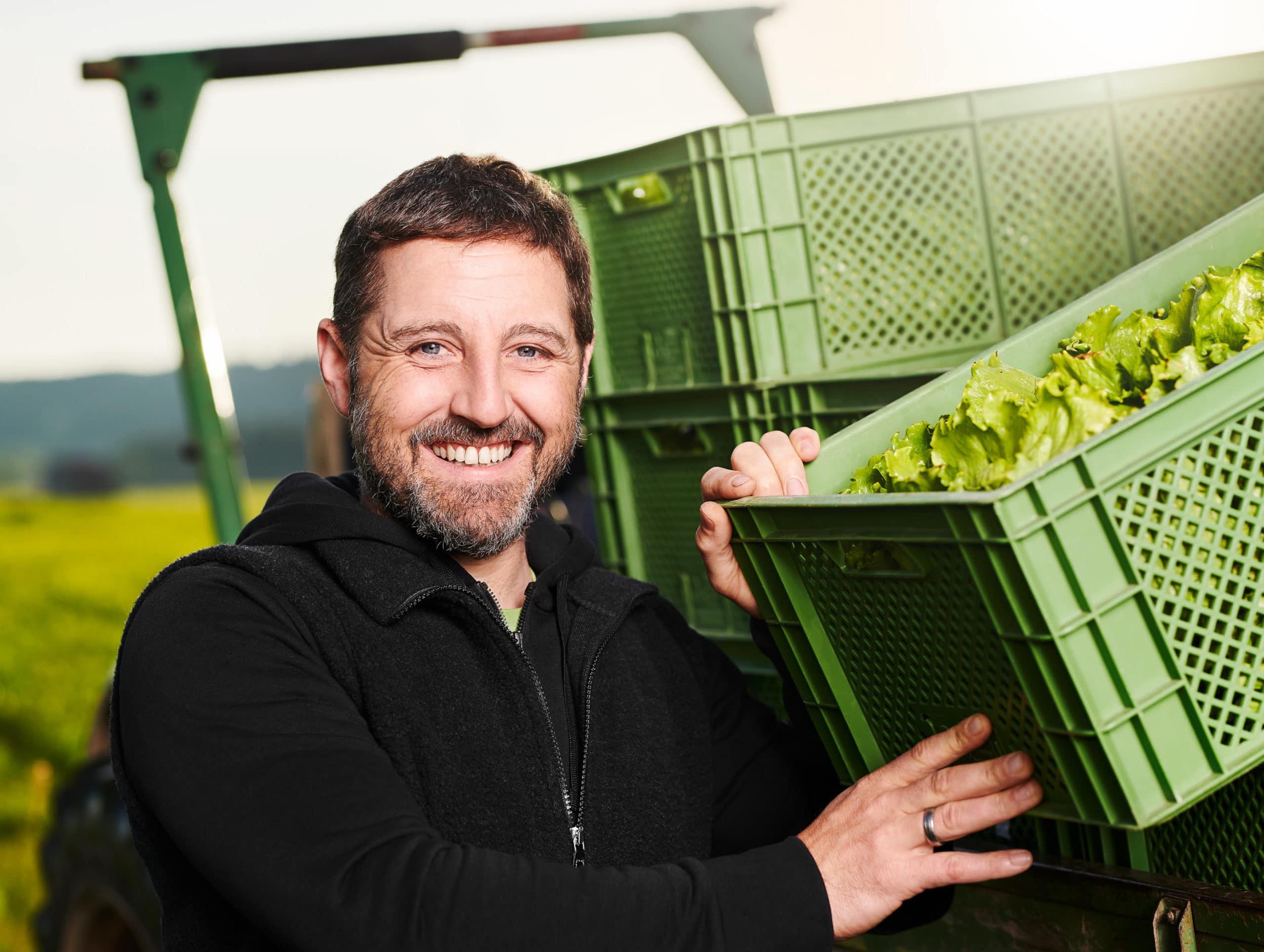 Image Aufnahme eines Bio Bauern Landwirt mit Kiste voll biologisch angebautem Salat im Portrait | Fotograf in der Region Osnabrück Münster Bielefeld für Imagefotografie
