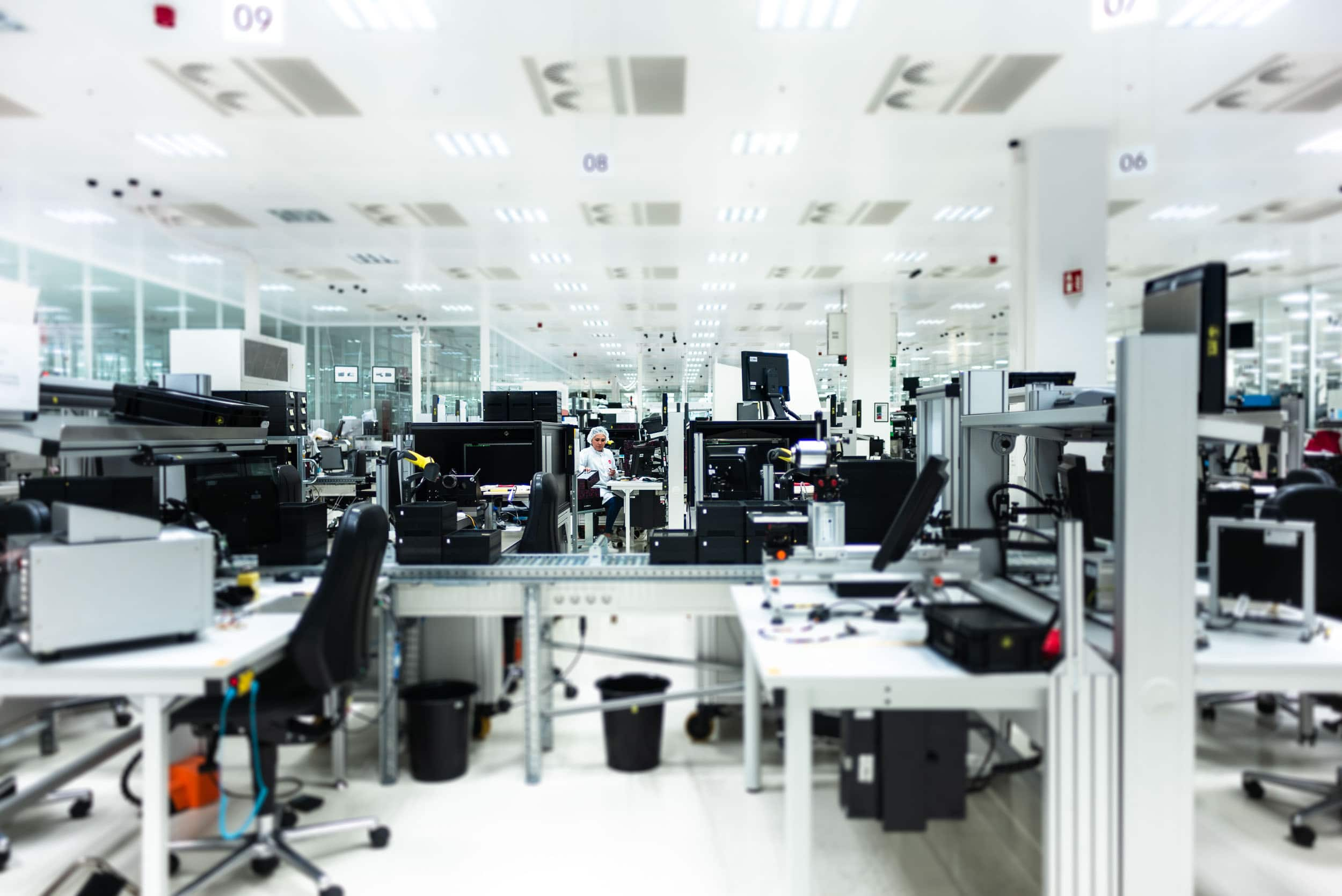 Beispiel Innenaufnahme einer Industriereportage mit technischen Arbeitsplätzen und Mitarbeiterin |Werbefotograf in der Region Osnabrück Münster Bielefeld für Industriefotografie
