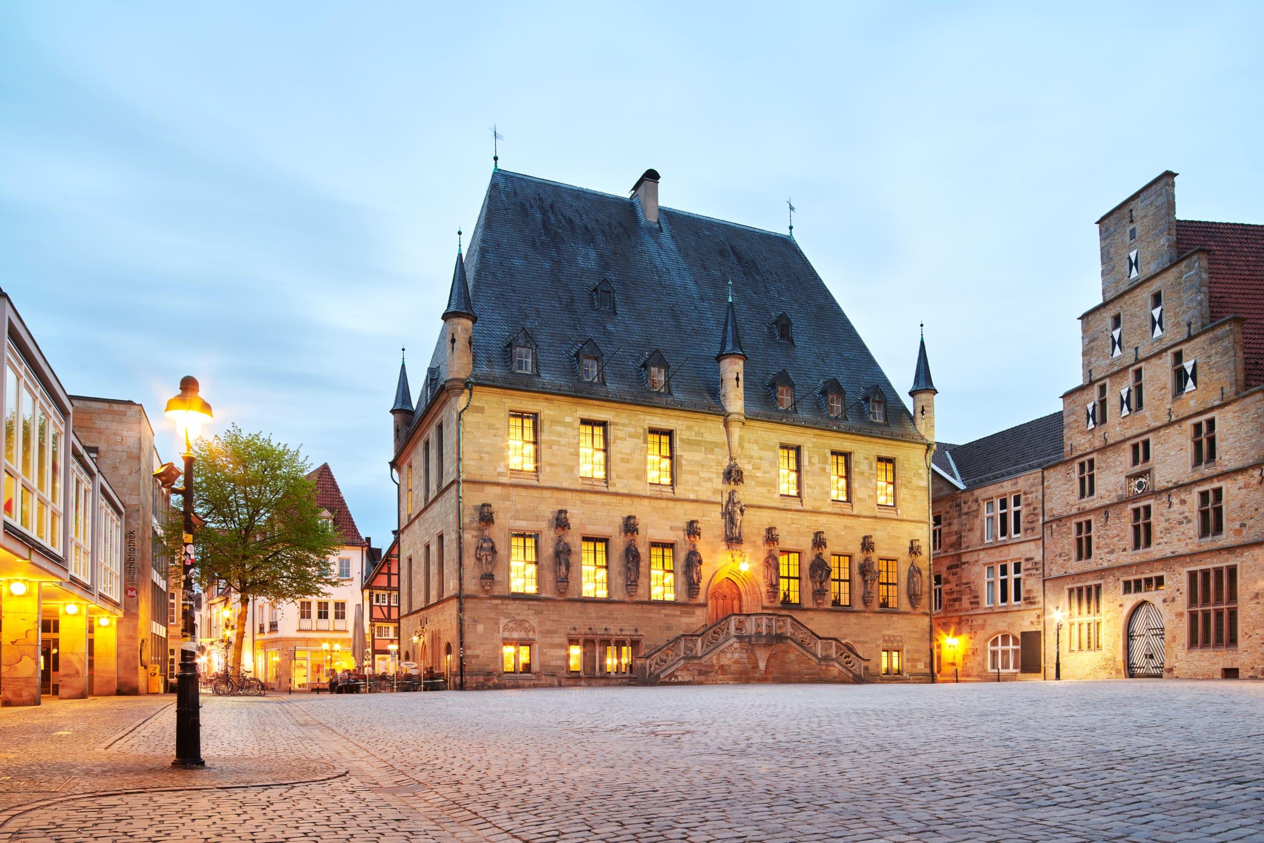 Stimmungsvolle Architekturaufnahme des Rathaus Osnabrück und der Stadtwaage in der Dämmerung |Architekturfotograf in der Region Osnabrück Münster Bielefeld für besondere Architekturaufnahmen