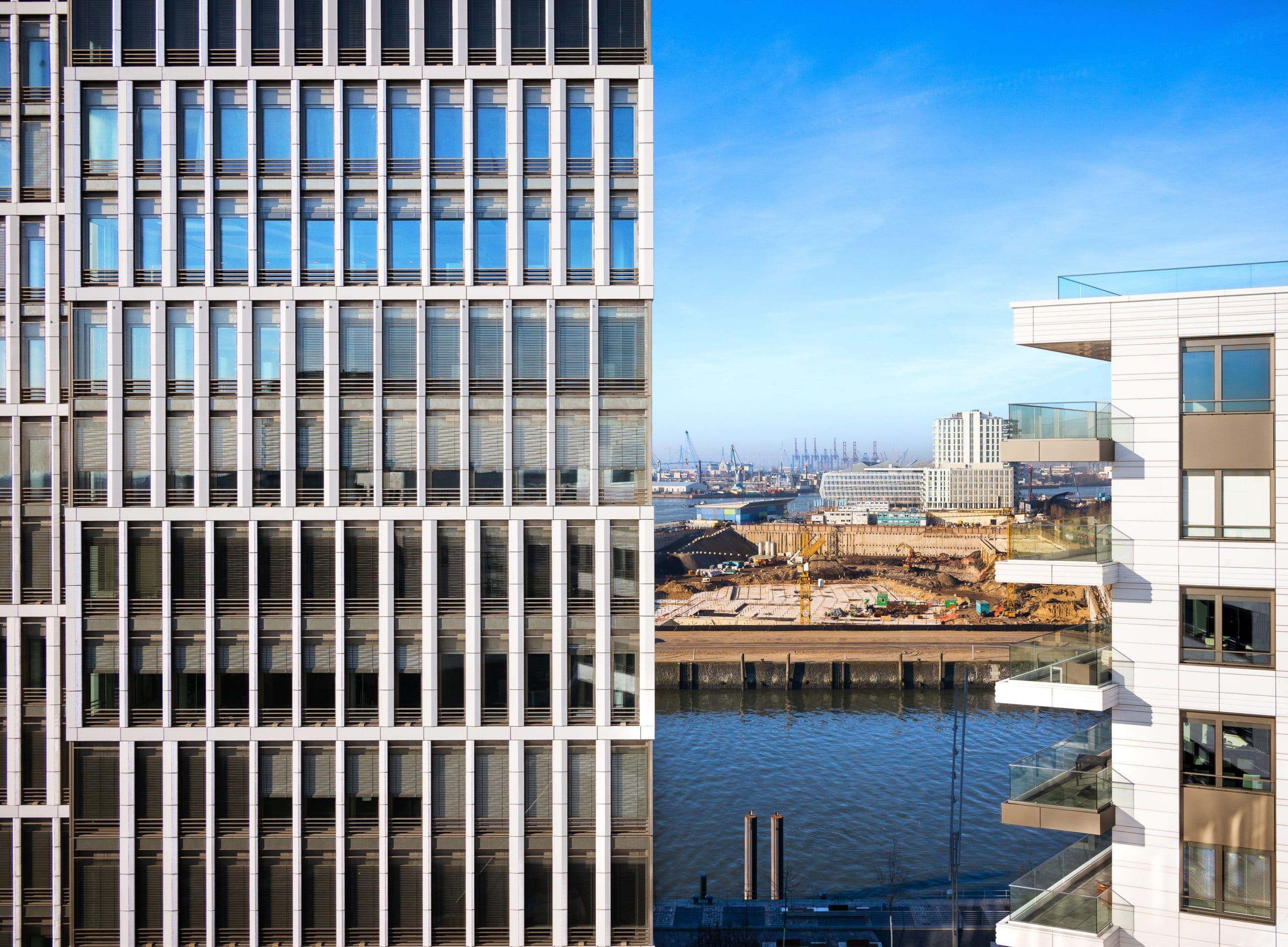 Architektur Fotografie zweier moderner Hochhäuser mit Großbaustelle im Hintergrund |Fotograf in der Region Osnabrück Münster Bielefeld für Architekturfotografie