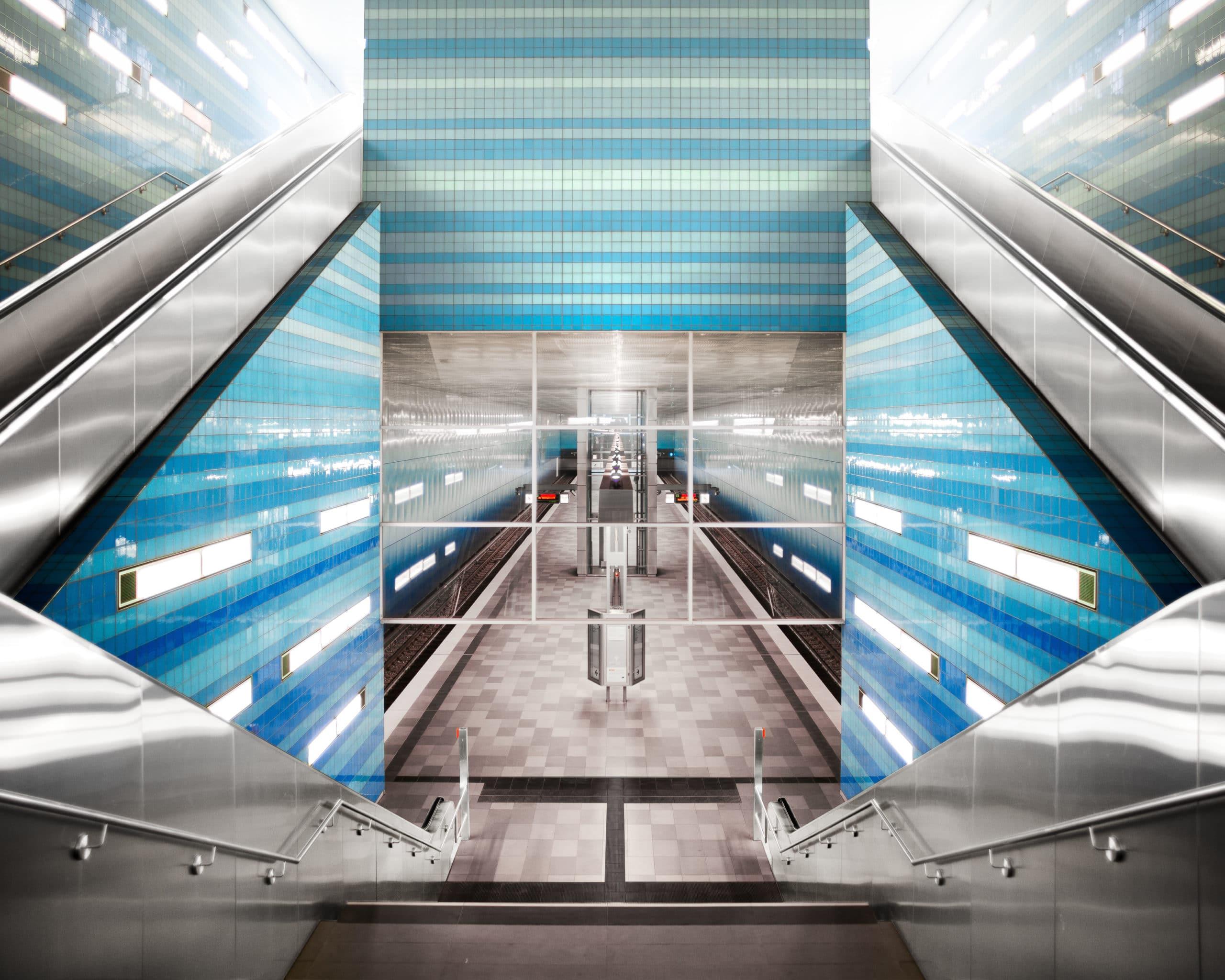 Symmetrische Architektur Aufnahme der Haltestelle Hamburg Überseequartier |Architekturfotograf in Osnabrück Münster Bielefeld NRW Niedersachsen und bundesweit