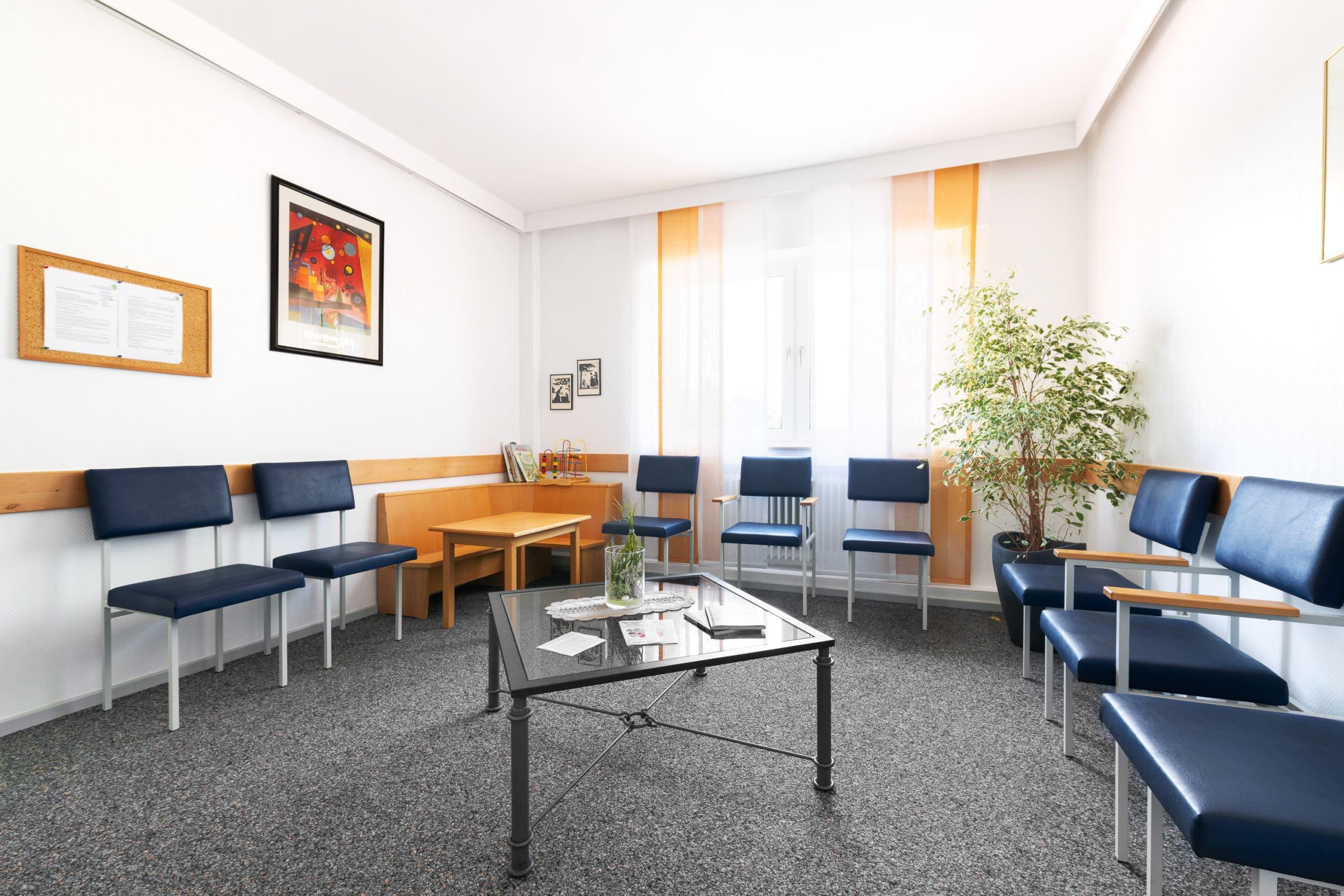 Interieur Aufnahme eines weiteren Wartezimmers einer Arztpraxis im Münsterland |Architekturfotograf für Praxisfotografie in Osnabrück Münster Bielefeld NRW Niedersachsen und bundesweit