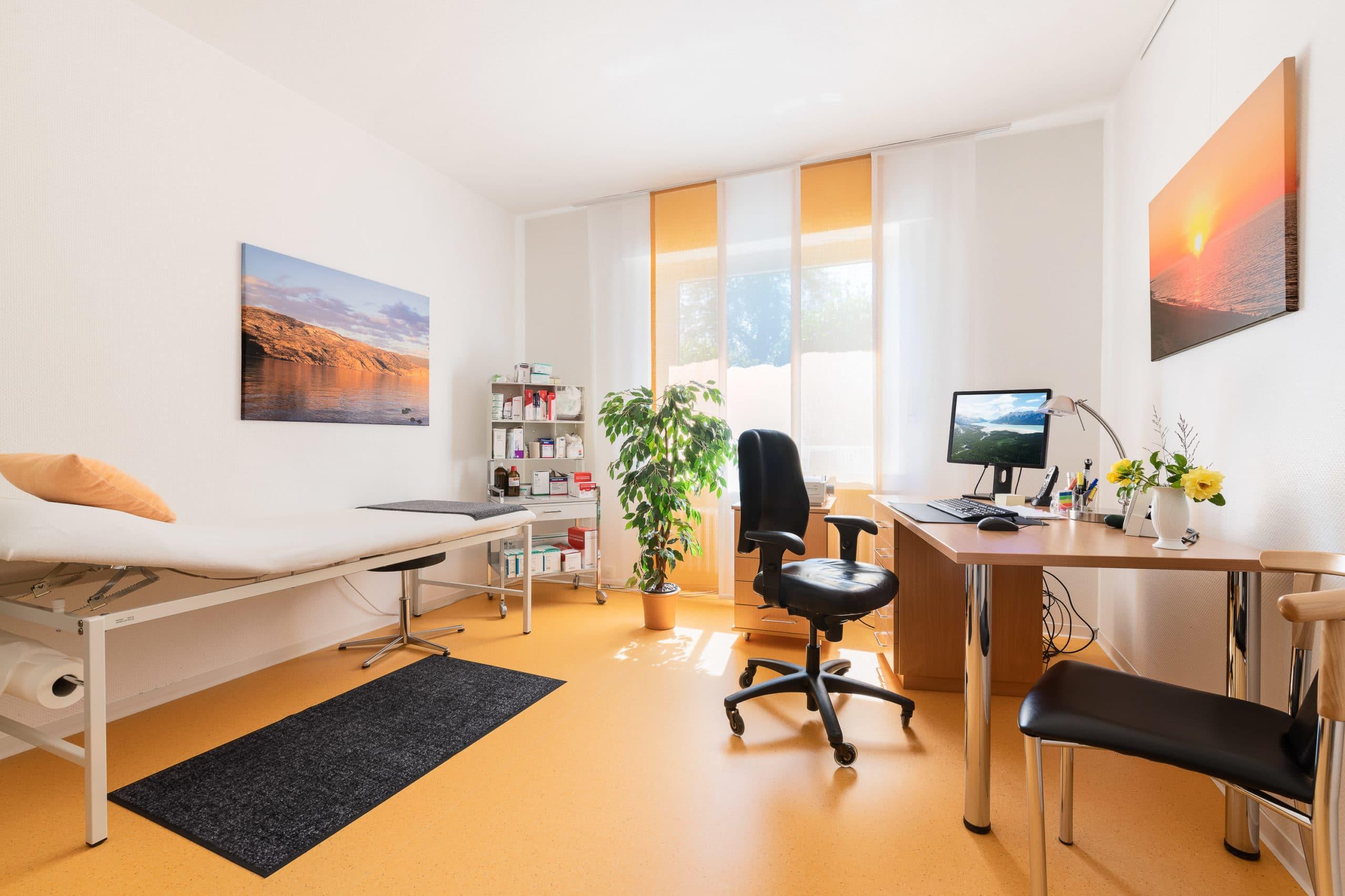 Interieur Aufnahme eines Behandlungszimmers einer Arztpraxis im Münsterland |Architekturfotograf für Praxisfotografie in Osnabrück Münster Bielefeld NRW Niedersachsen und bundesweit