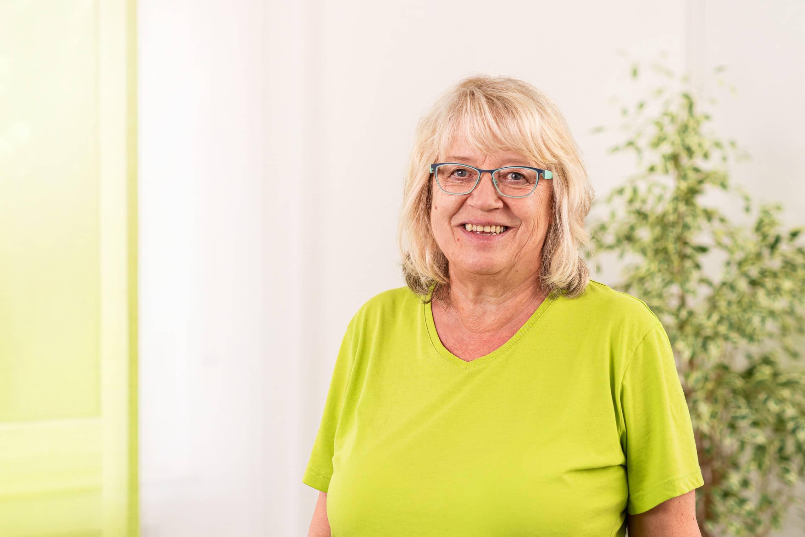 Freundliches Mitarbeiterfoto einer Angestellten eines Arztpraxis |Portraitfotograf in der Region Osnabrück Münster Bielefeld für Mitarbeiterfotografie