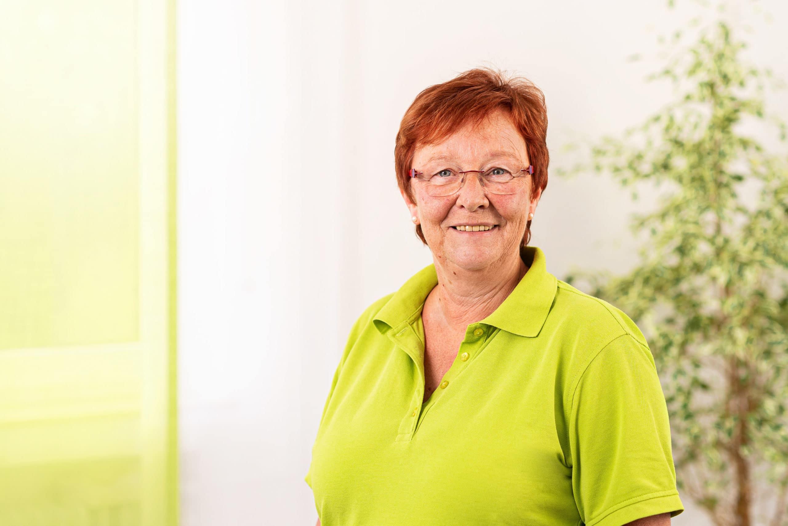 Freundliches Mitarbeiterfoto einer Angestellten eines Arztpraxis |Businessfotograf in der Region Osnabrück Münster Bielefeld für Mitarbeiterfotografie