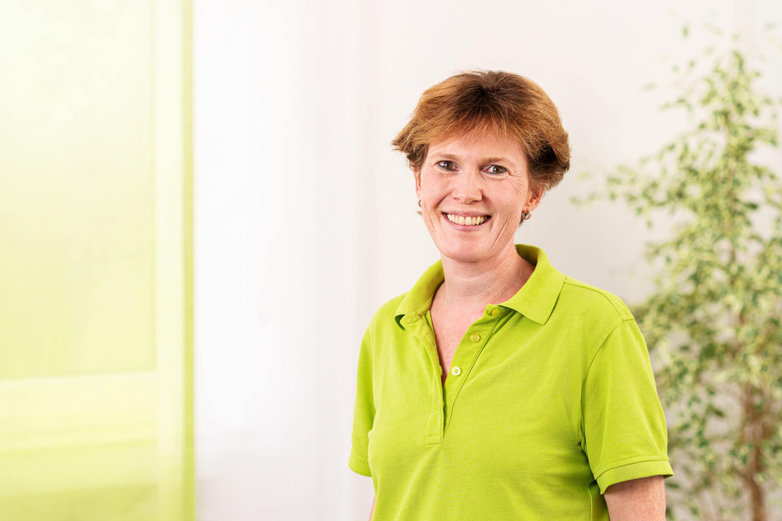 Freundliches Mitarbeiterfoto einer Angestellten eines Arztpraxis |Unternehmensfotograf in der Region Osnabrück Münster Bielefeld für Mitarbeiterfotografie
