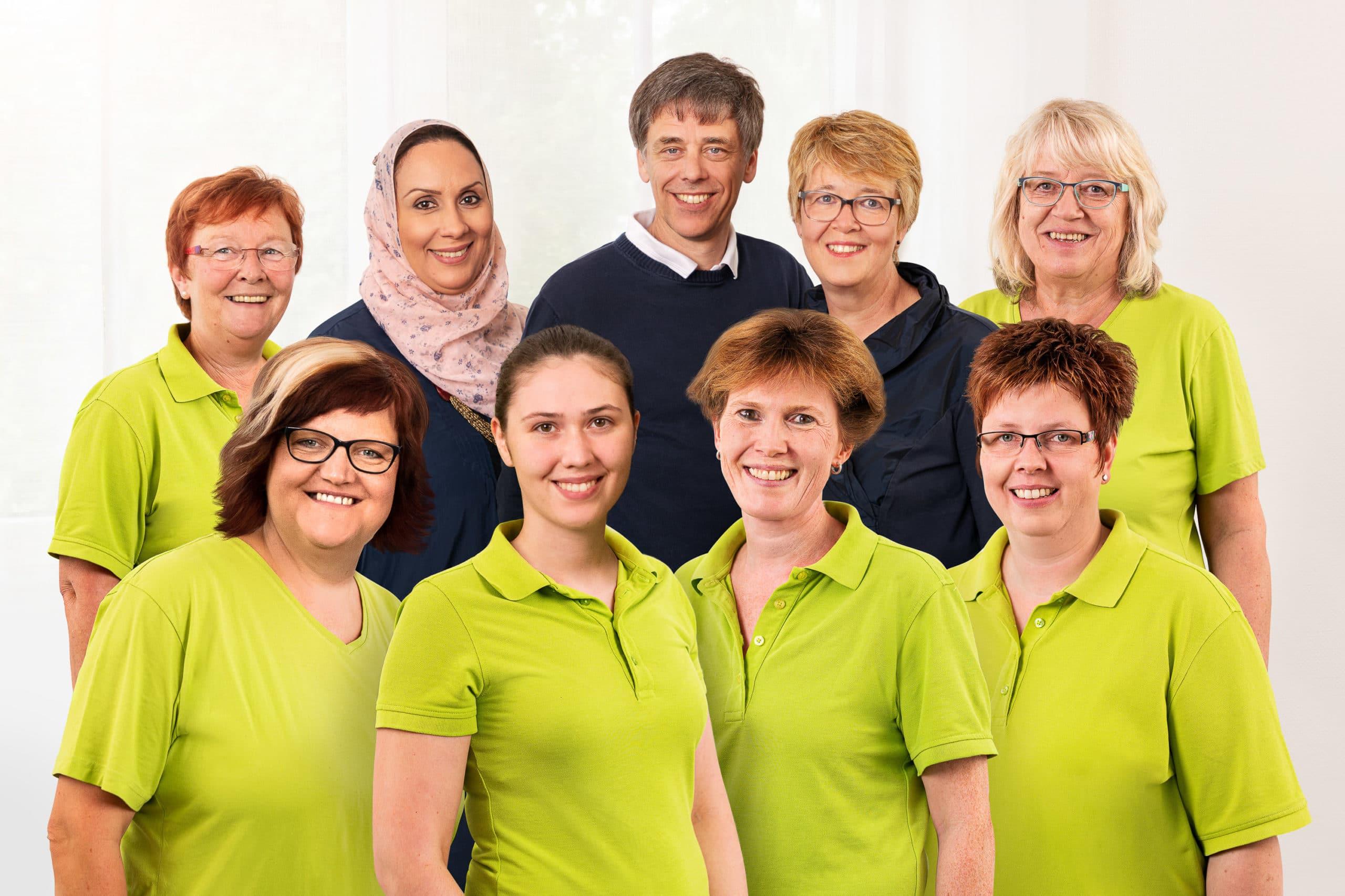 Freundliches Teamfoto der Belegschaft einer Arztpraxis im Teutoburger Wald |Portraitfotograf in der Region Osnabrück Münster Bielefeld für Mitarbeiterfotografie und Teambilder