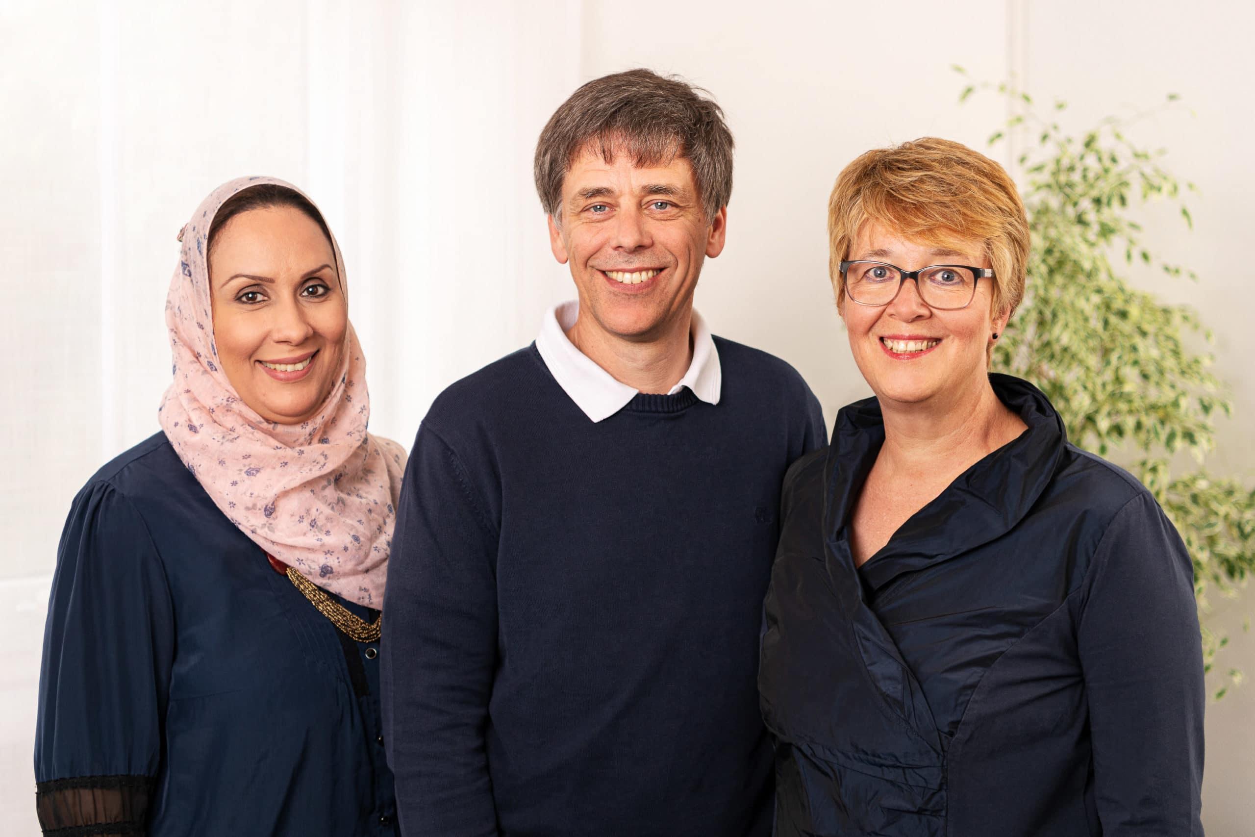 Freundliches Gruppenfoto der Ärzte einer Praxis im Teutoburger Wald |Portraitfotograf in der Region Osnabrück Münster Bielefeld für Mitarbeiterfotografie und Teambilder