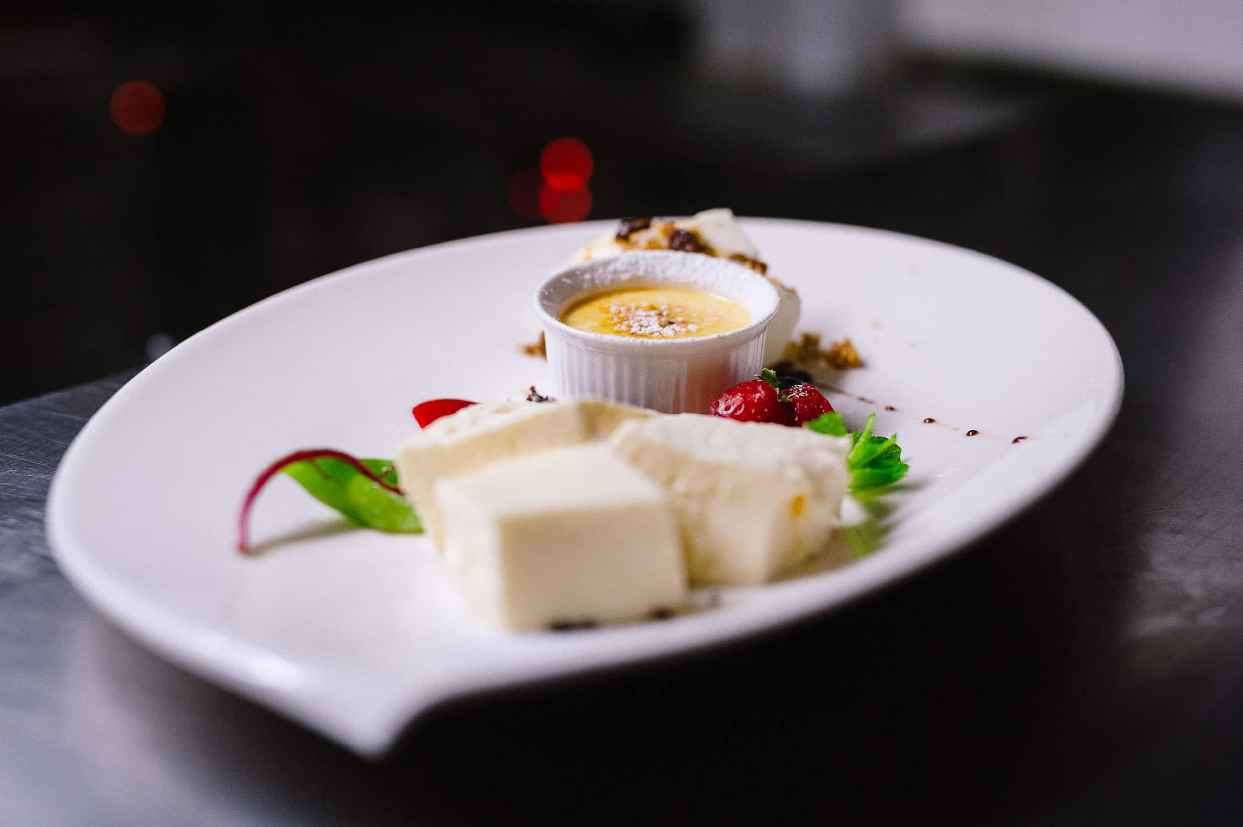 Stimmungsvolle Food Aufnahme eines kunstvoll arrangierten Dessert Tellers | Fotograf in der Region Osnabrück Münster Bielefeld für Foodfotografie