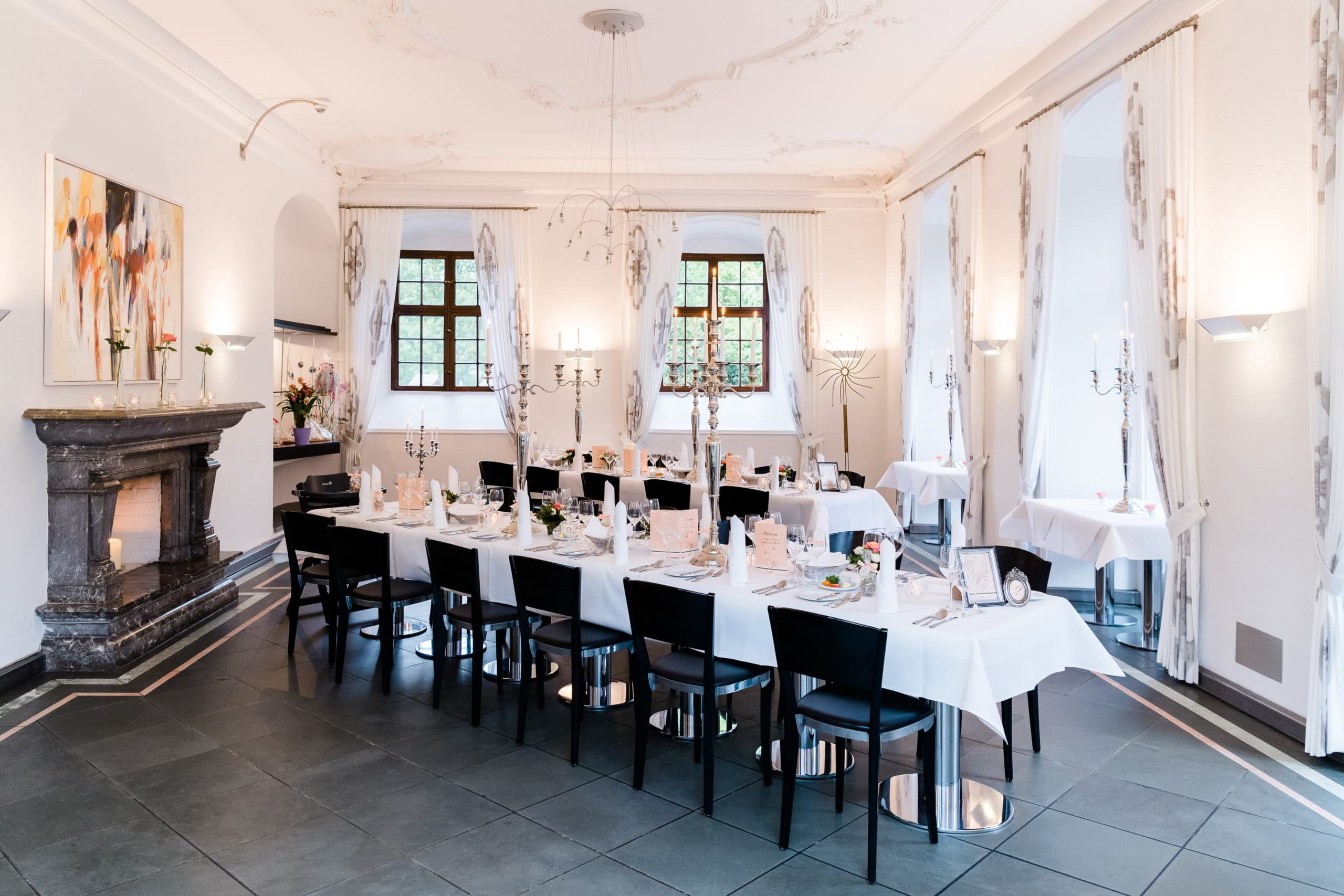 Werbefoto eines eingedeckten Saals eines luxuriösen Sterne Restaurants | Unternemensfotograf für Interieurfotografie in Osnabrück Münster Bielefeld NRW Niedersachsen und bundesweit