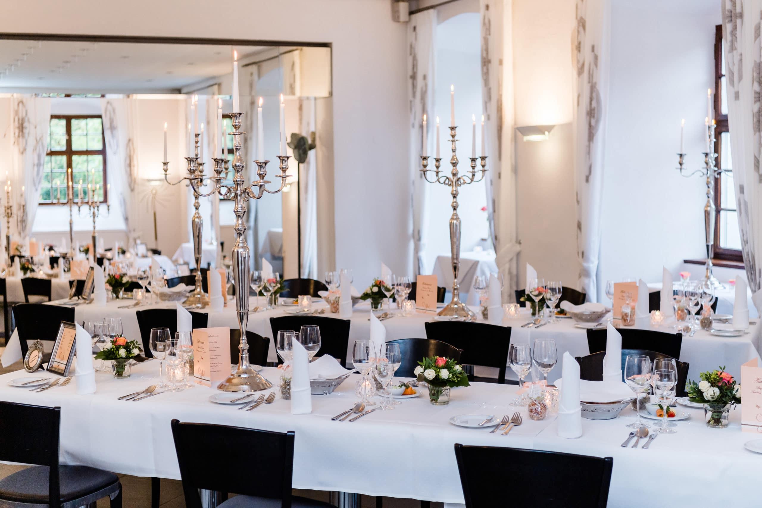 Weitere Aufnahme eines eingedeckten Saals eines luxuriösen Sterne Restaurants | Unternemensfotograf für Interieurfotografie in Osnabrück Münster Bielefeld NRW Niedersachsen und bundesweit