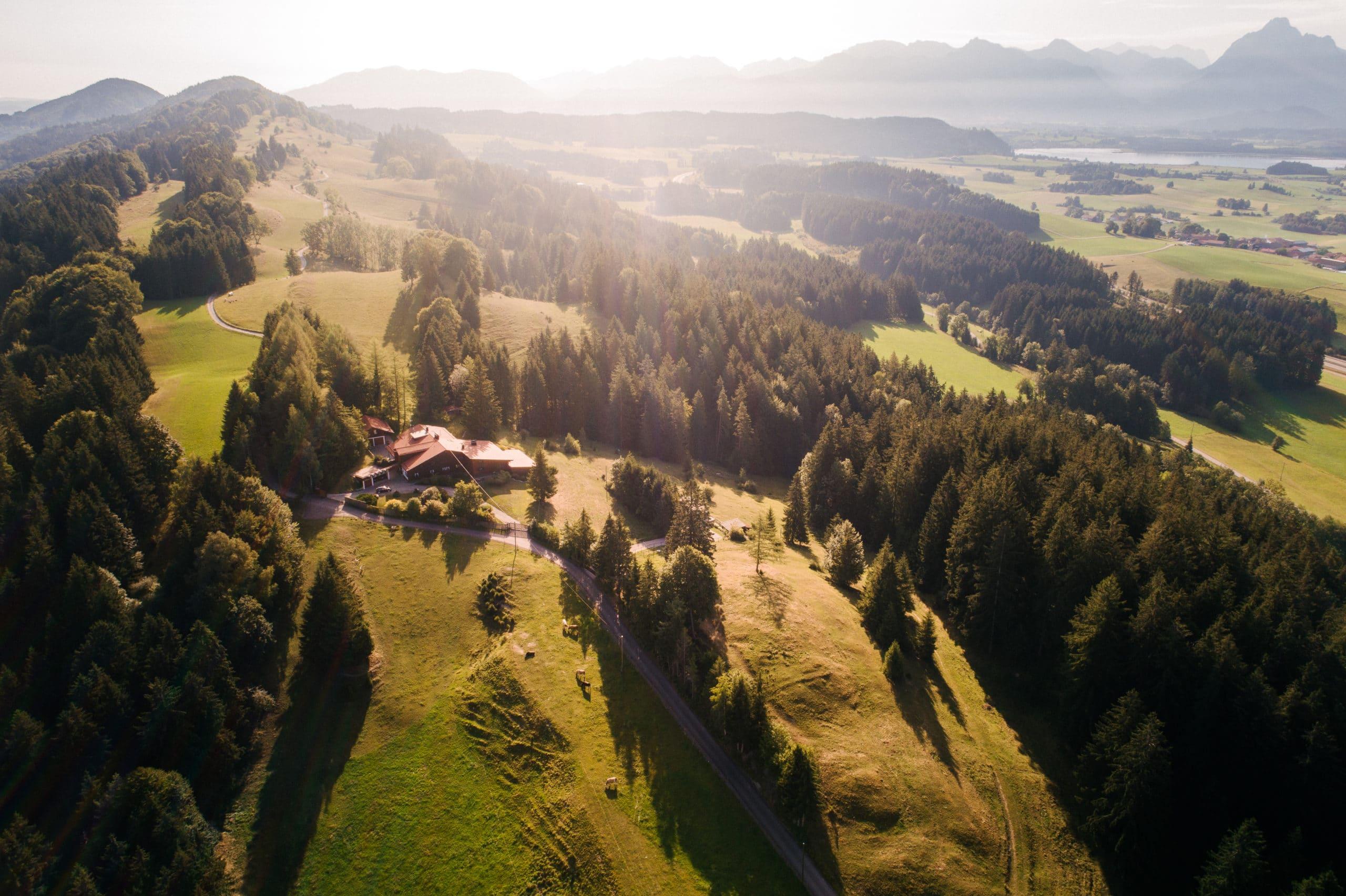 Drohnenfotografie eines großen Anwesens im Allgäu für Immobilien Verkauf Expose | Werbefotograf für atemberaubende Luftaufnahmen in Osnabrück Münster Bielefeld NRW Niedersachsen und bundesweit