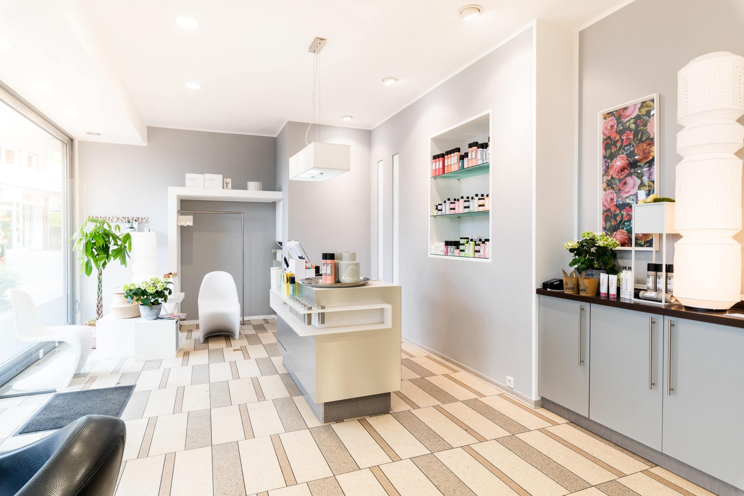 Lichtdurchflutete Interieur Aufnahme eines modernen Friseur Salon in Pastell Farben mit großem Fenster |Architekturfotograf in der Region Osnabrück Münster Bielefeld für Interieurfotografie