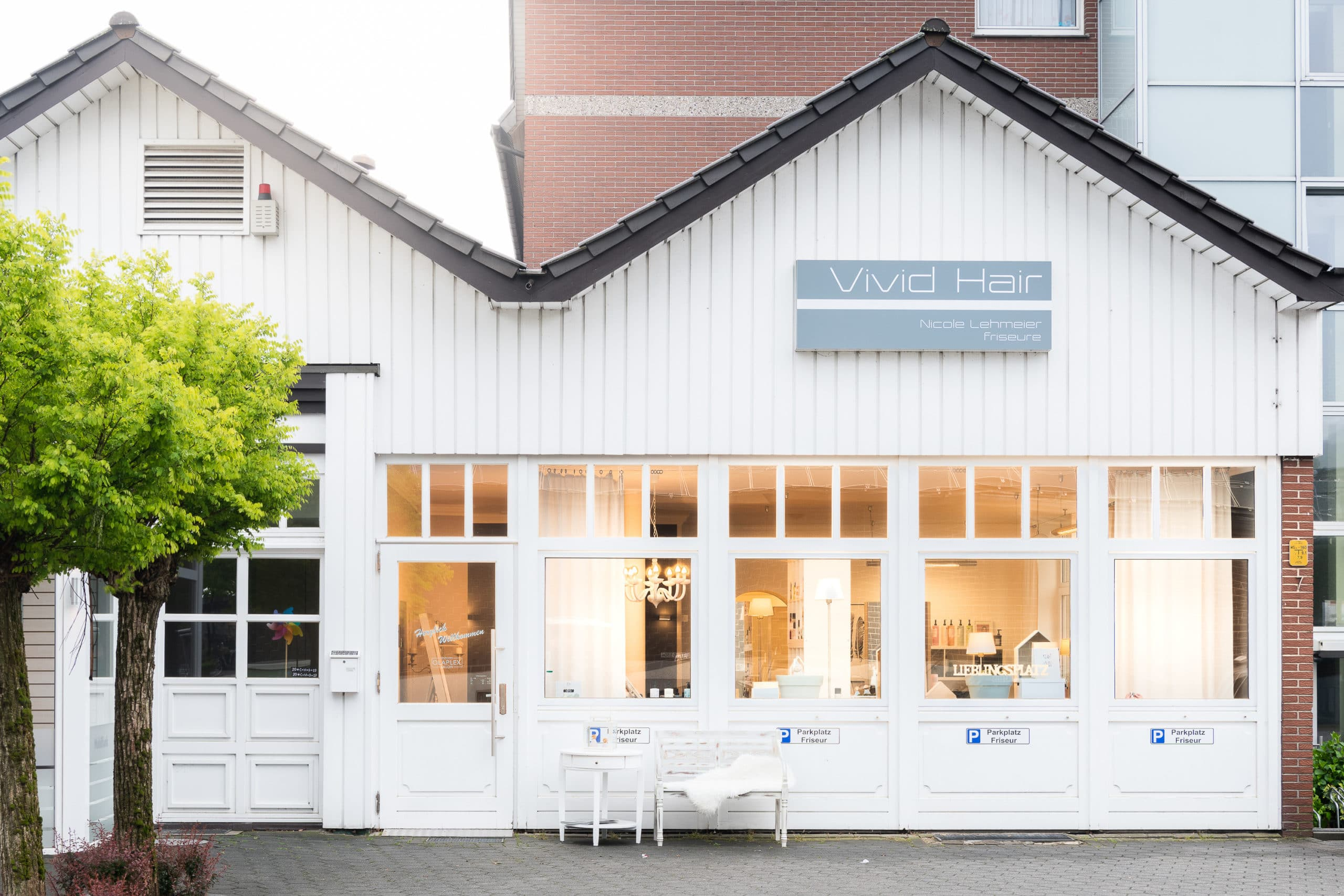 Einladend beleuchtete Außenaufnahme eines Friseur Salons |Architekturfotograf für Unternehmensfotografie in Osnabrück Münster Bielefeld NRW Niedersachsen und bundesweit