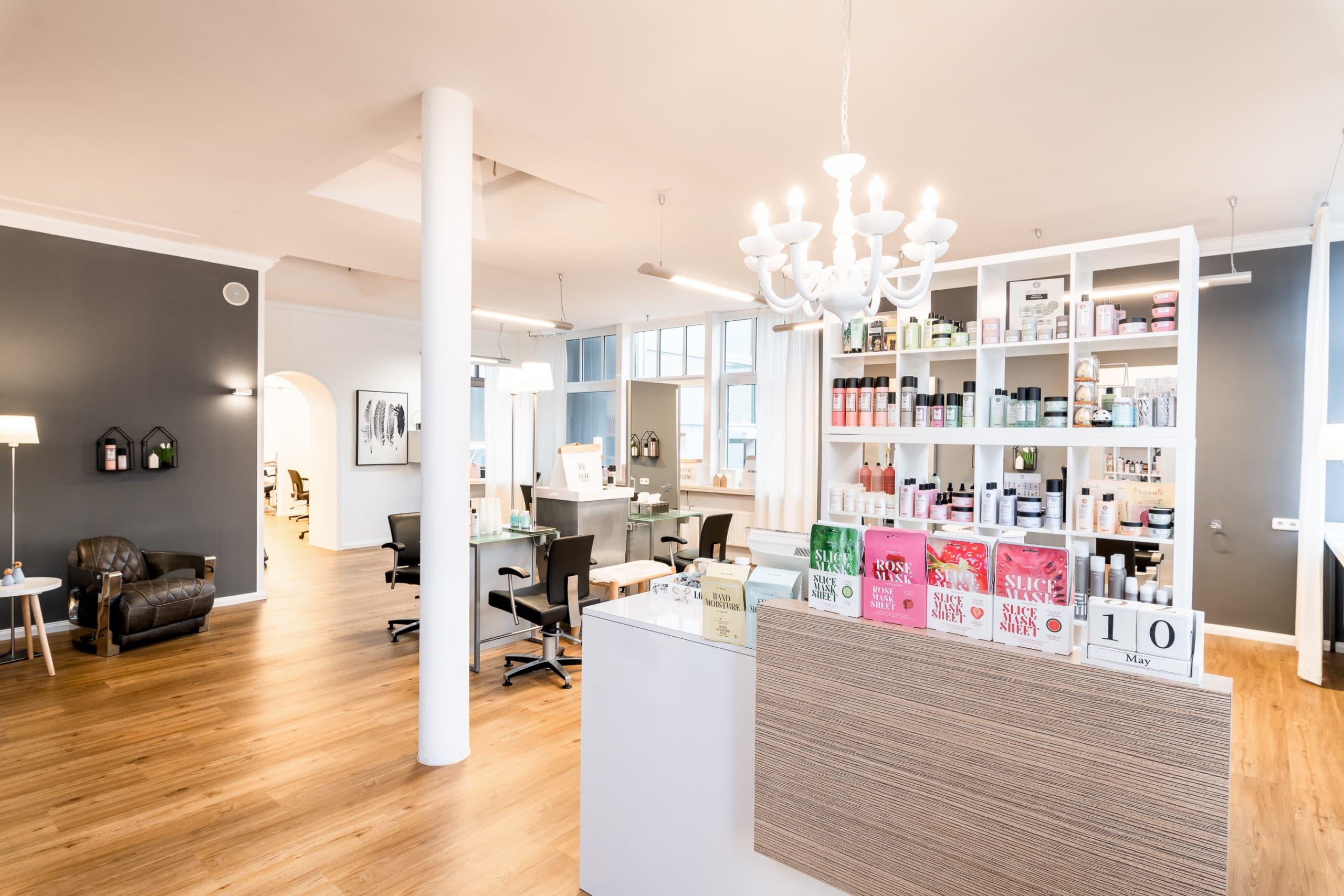 Einladend beleuchtete Innenaufnahme eines modernen Friseur Salons |Architekturfotograf für Unternehmensfotografie in Osnabrück Münster Bielefeld NRW Niedersachsen und bundesweit
