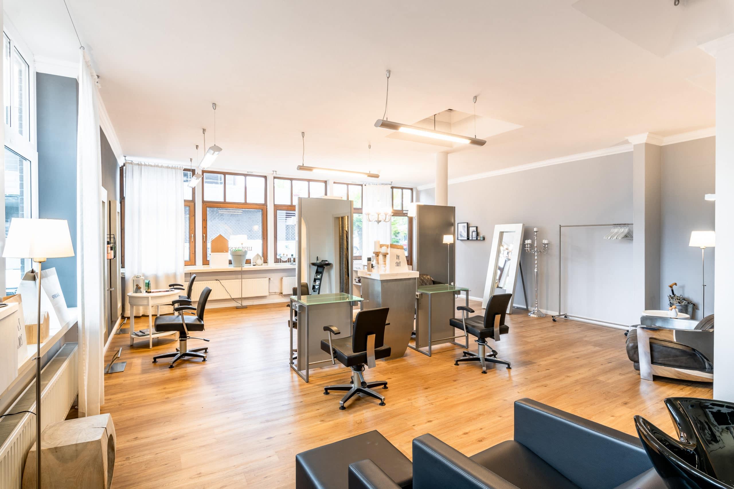 Einladend beleuchtete Innenaufnahme der Räumlichkeiten eines modernen Friseur Salons |Architekturfotograf für Unternehmensfotografie in Osnabrück Münster Bielefeld NRW Niedersachsen und bundesweit