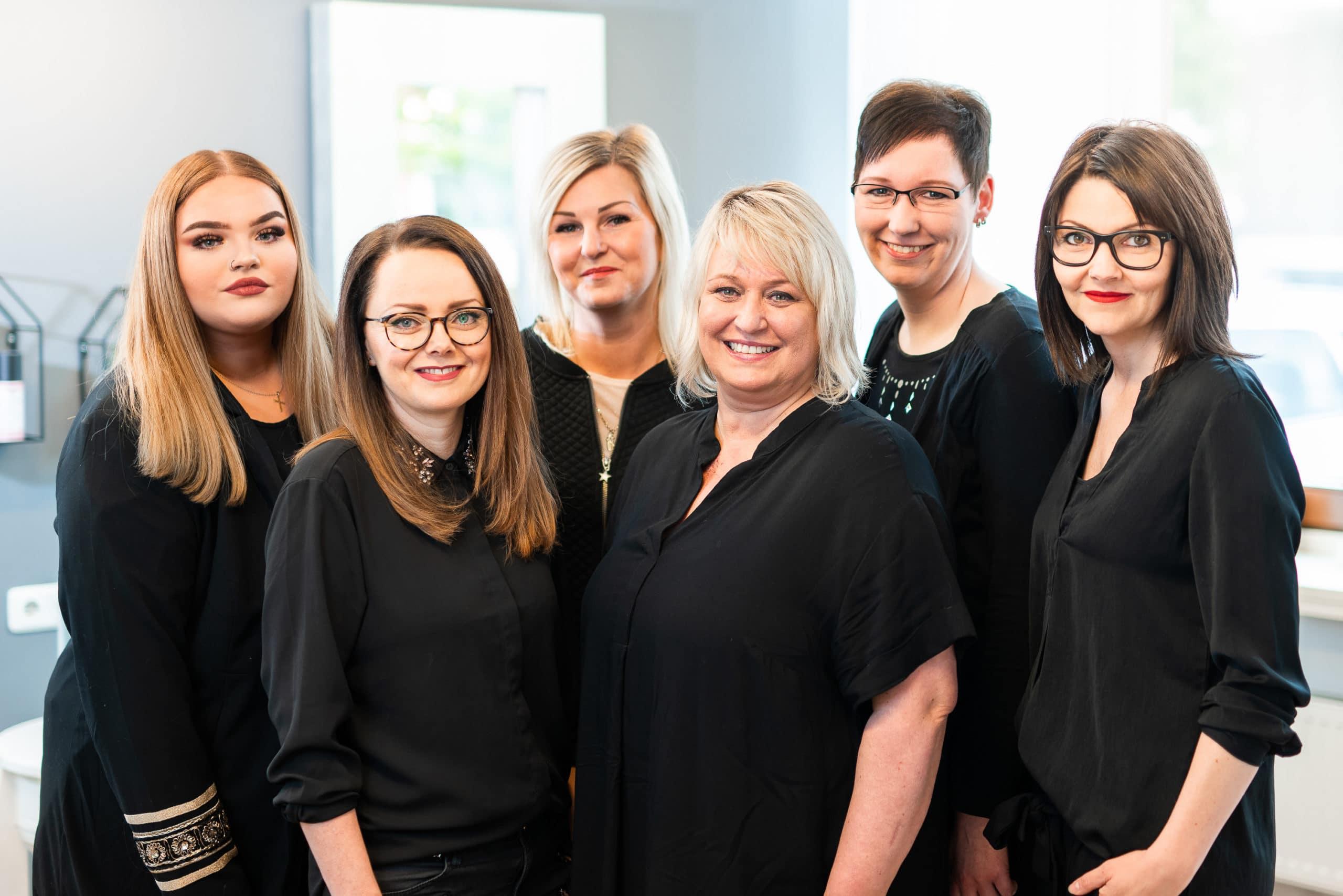 Freundliches Teamfoto der Kolleginnen eines Friseur Salons |Portraitfotograf in der Region Osnabrück Münster Bielefeld für Mitarbeiterfotografie und Teambilder