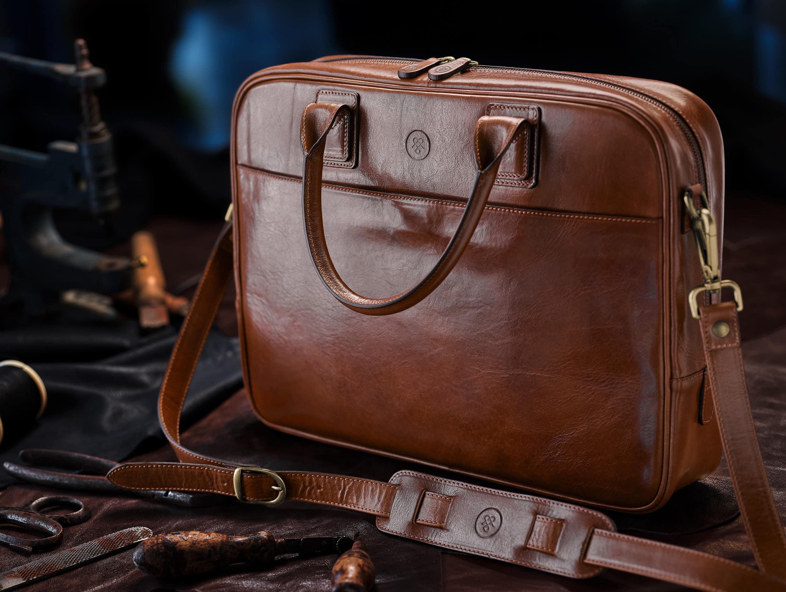 Stimmungsvolle Werbeaufnahme einer hochwertigen Leder Tasche im Manufaktur Ambiente |Werbefotograf in der Region Osnabrück Münster Bielefeld für Produktfotografie