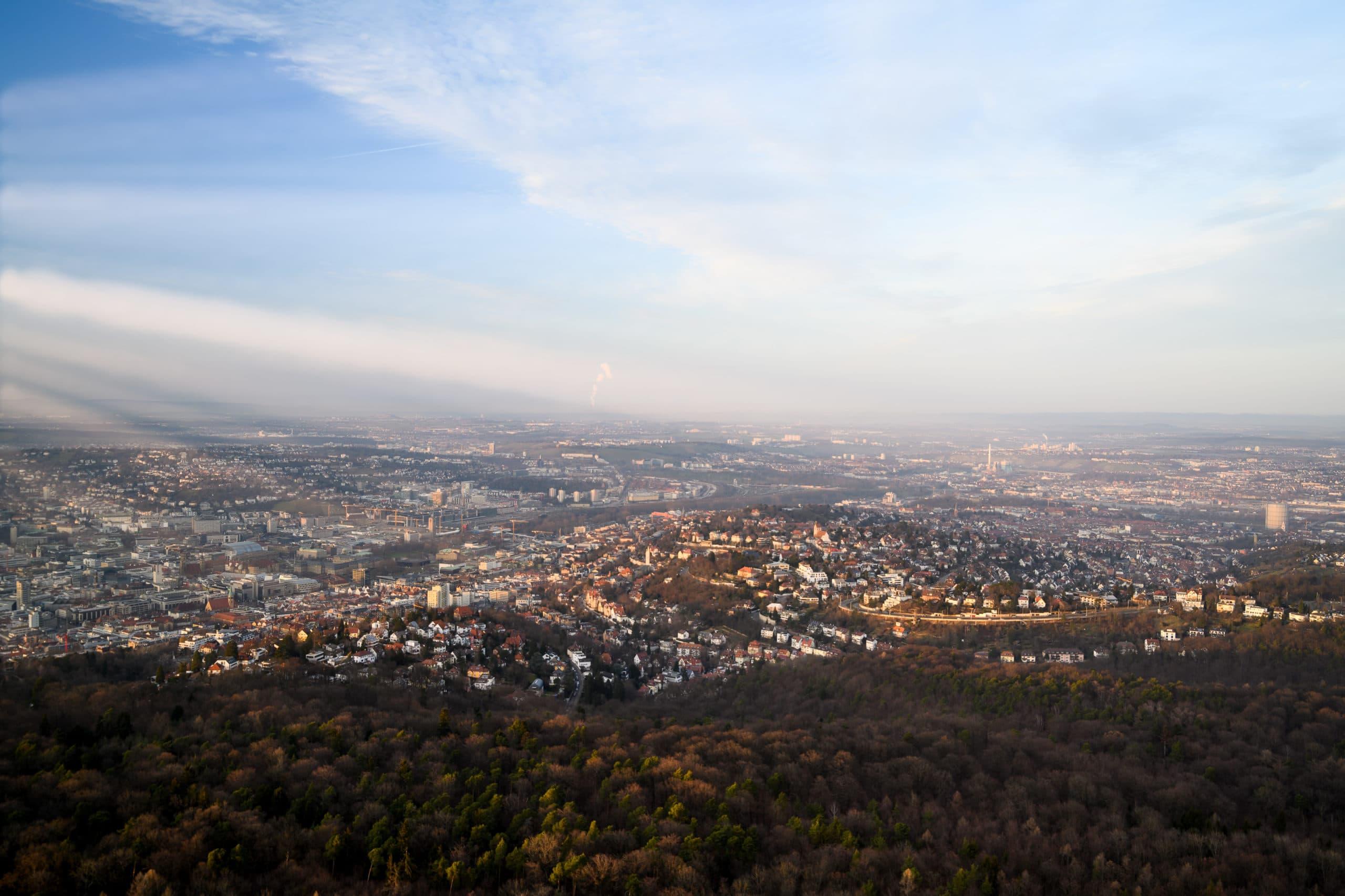 Luftaufnahme der Stadt Stuttgart im Abendlicht  Werbefotograf in der Region Osnabrück Münster Bielefeld für Luftaufnahmen