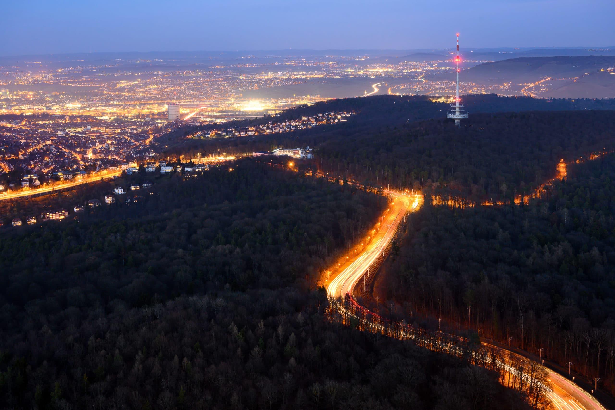 Luftaufnahme der Stadt Stuttgart bei Nacht in voller Beleuchtung  Werbefotograf in der Region Osnabrück Münster Bielefeld für Luftaufnahmen und Städtefotografie