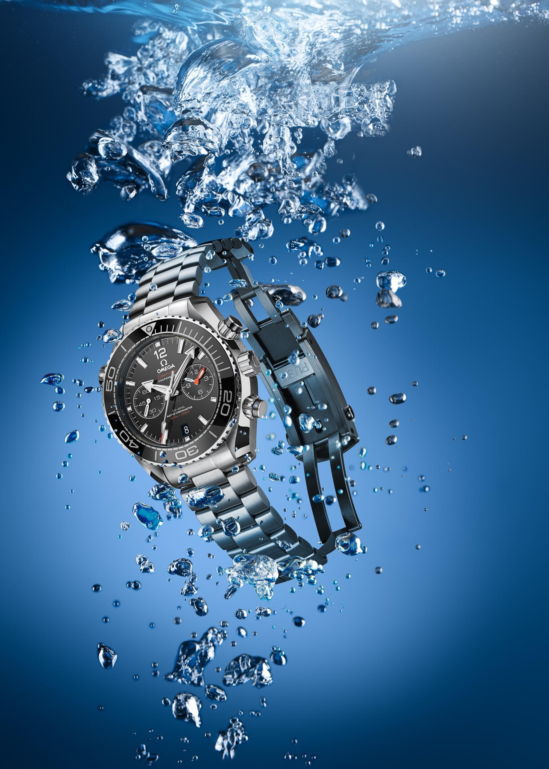 Werbeaufnahme einer Omega Planet Ocean Chronograph 600m Taucheruhr beim Eintauchen unter Wasser | Fotograf in der Region Osnabrück Münster Bielefeld für Werbefotografie