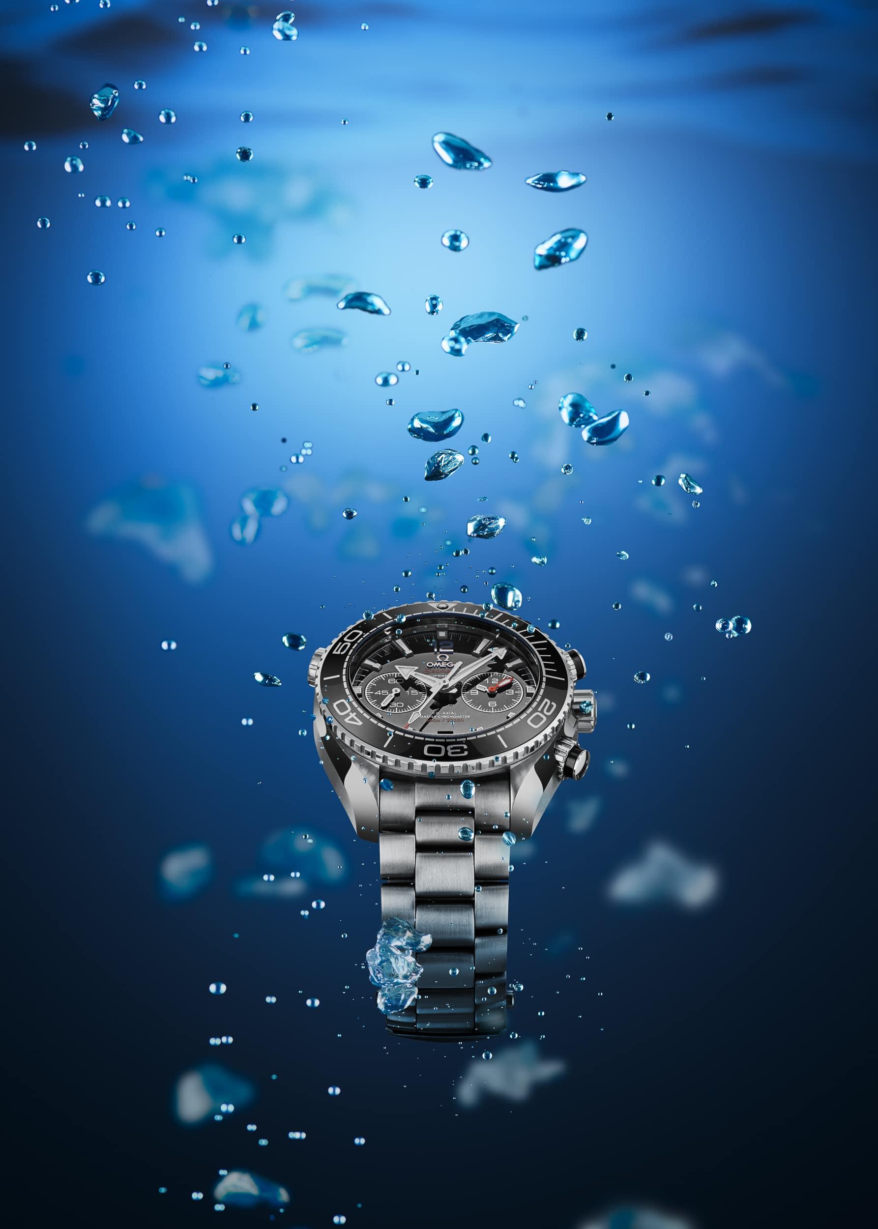 Werbeaufnahme einer Omega Planet Ocean Chronograph 600m Taucheruhr unter Wasser | Fotograf in der Region Osnabrück Münster Bielefeld für Werbefotografie