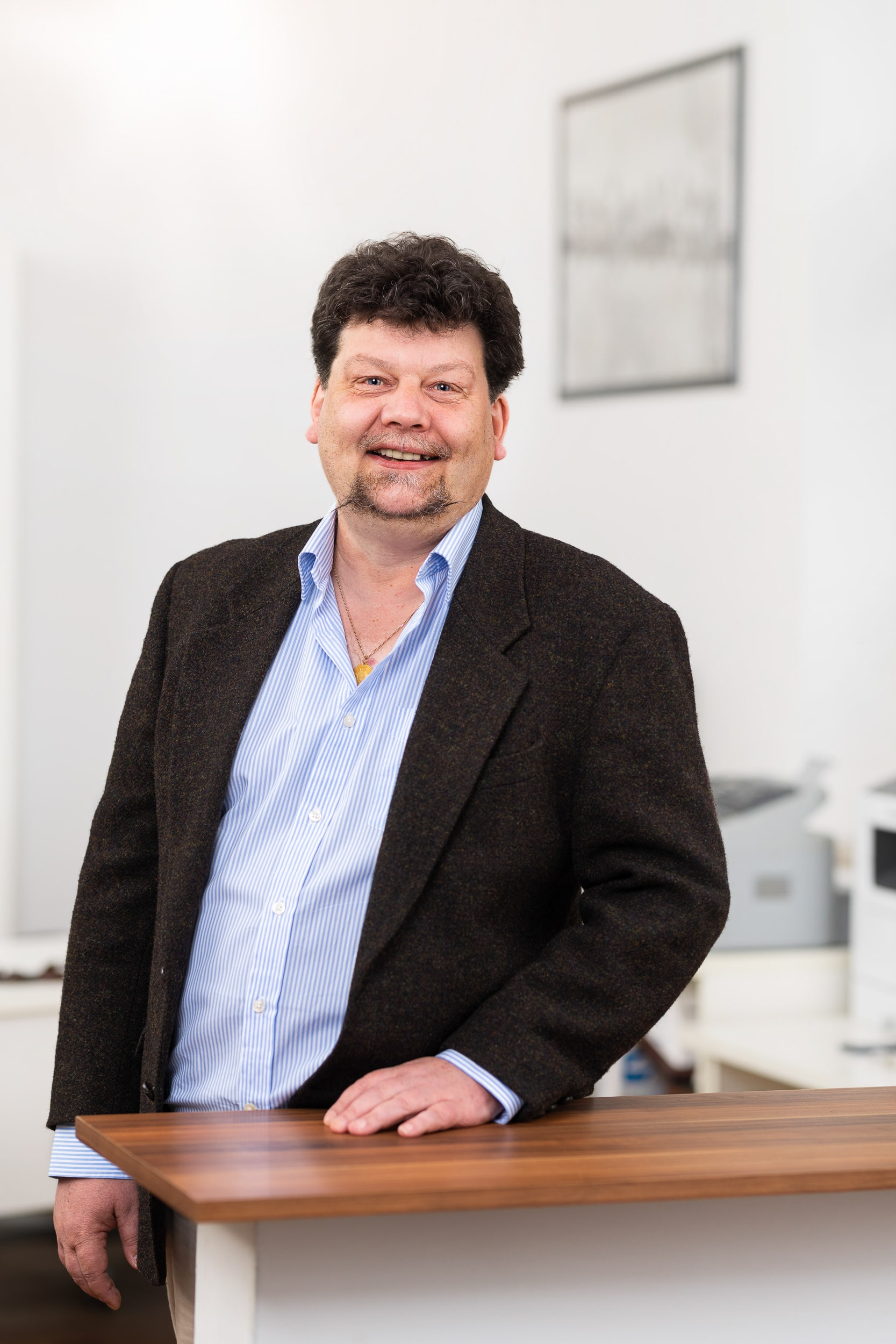 Helles Business Portrait des Inhabers einer Hamburger Immobilien Verwaltung |Business-Fotograf in der Region Osnabrück Münster Bielefeld für Unternehmensfotografie