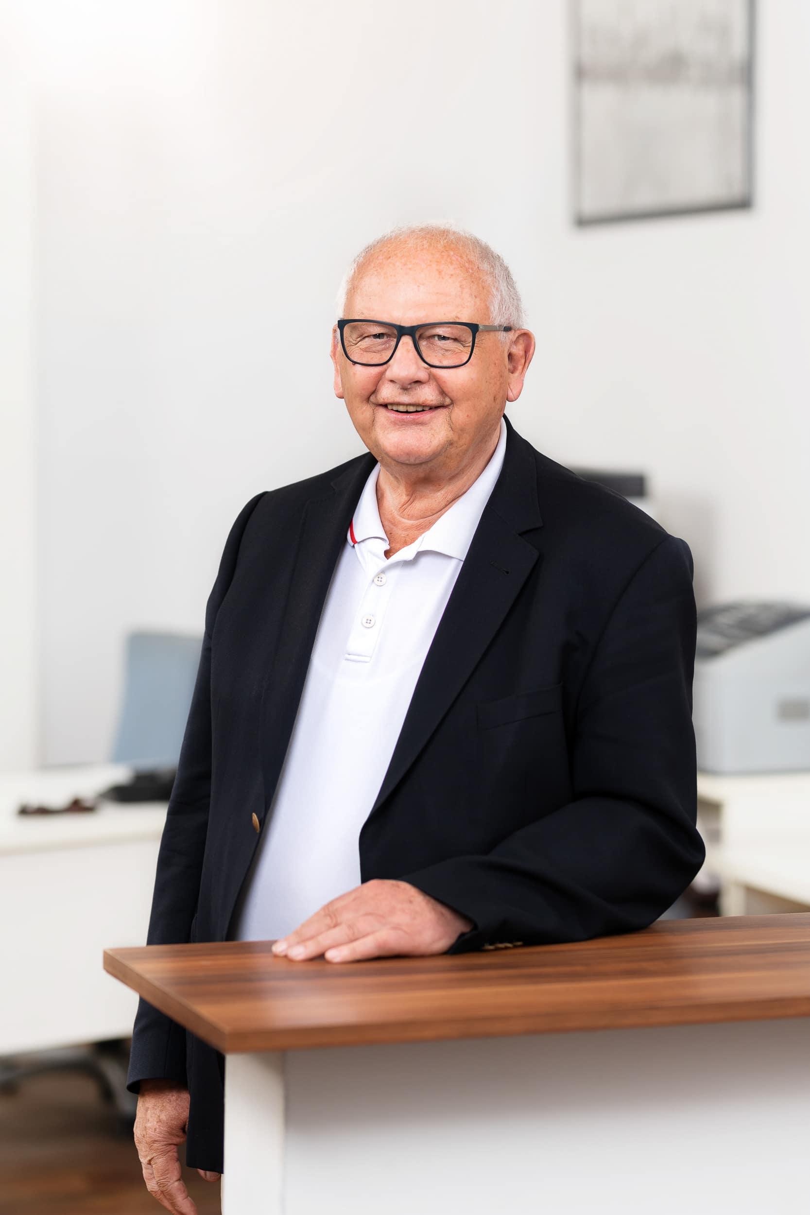 Freundliches Business Portrait des Gründers eines Immobilienunternehmens in Hamburg |Werbefotograf in der Region Osnabrück Münster Bielefeld für Unternehmensfotografie