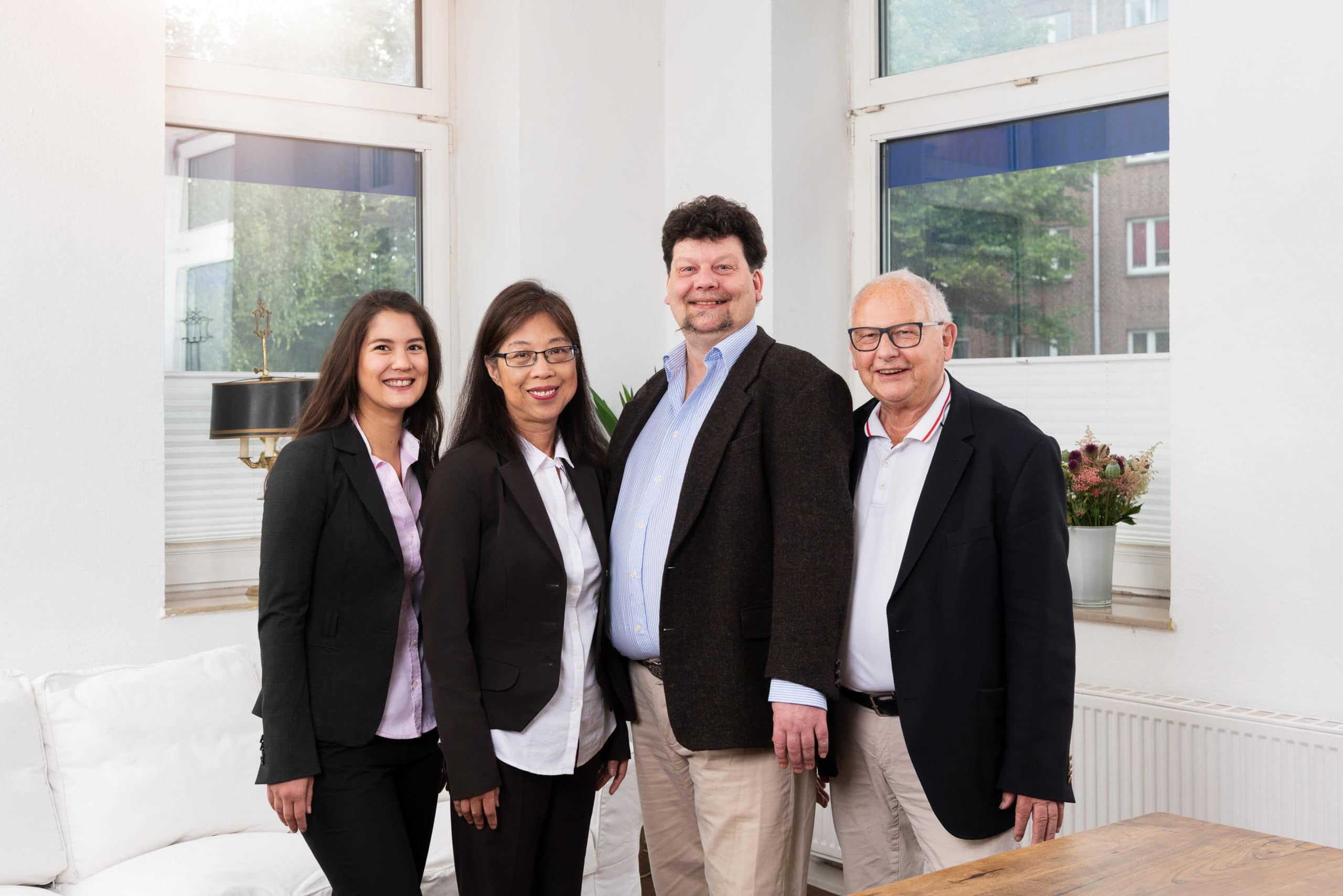 Teamfoto eines Unternehmens für Immobilienverwaltung und Maklers in Hamburg |Portraitfotograf für Businessfotografie in Osnabrück Münster Bielefeld NRW Niedersachsen und bundesweit