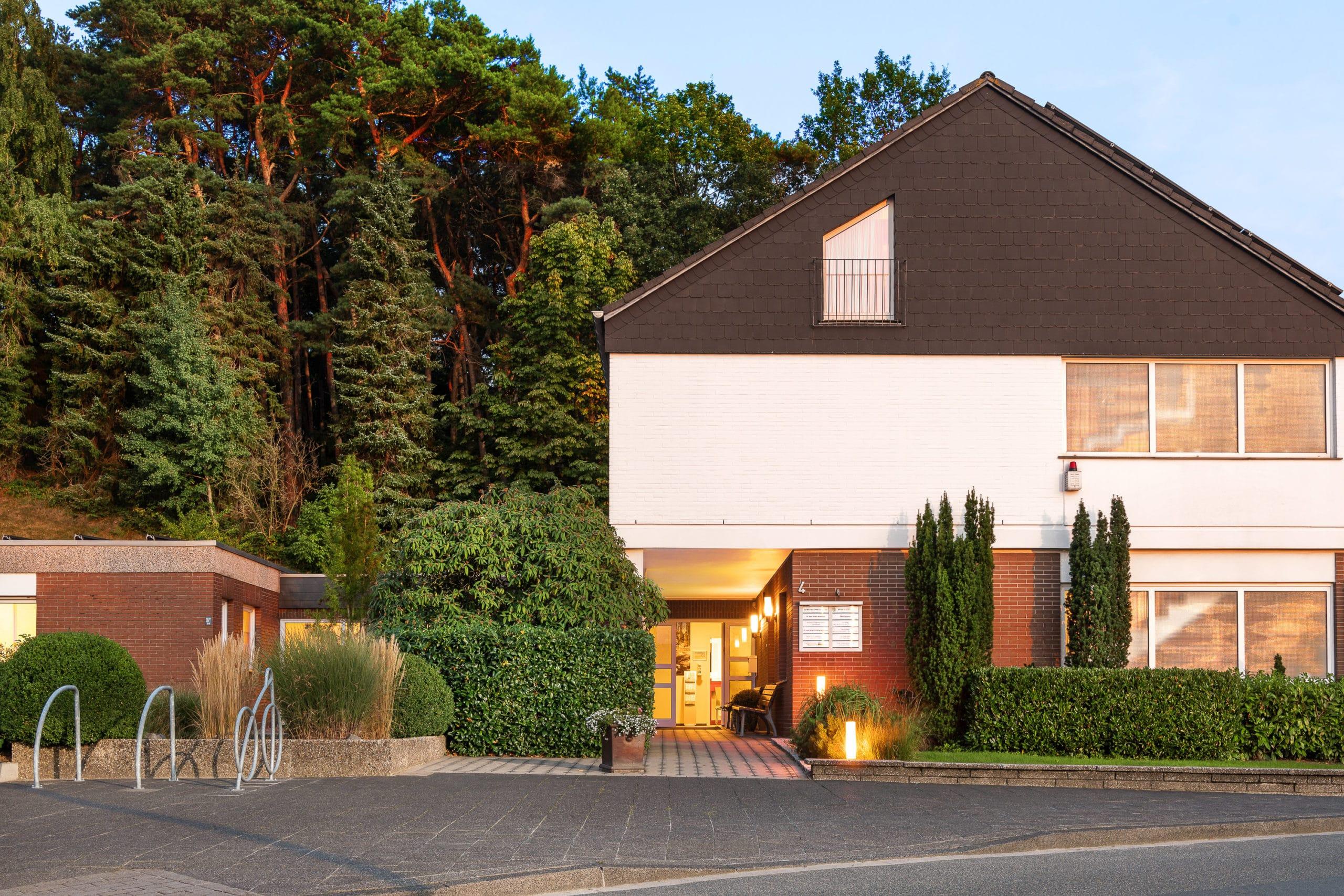 Frontale Architektur Außenaufnahme einer Arztpraxis im Tecklenburger Land  Architekturfotograf für Praxisfotografie in Osnabrück Münster Bielefeld NRW Niedersachsen und bundesweit