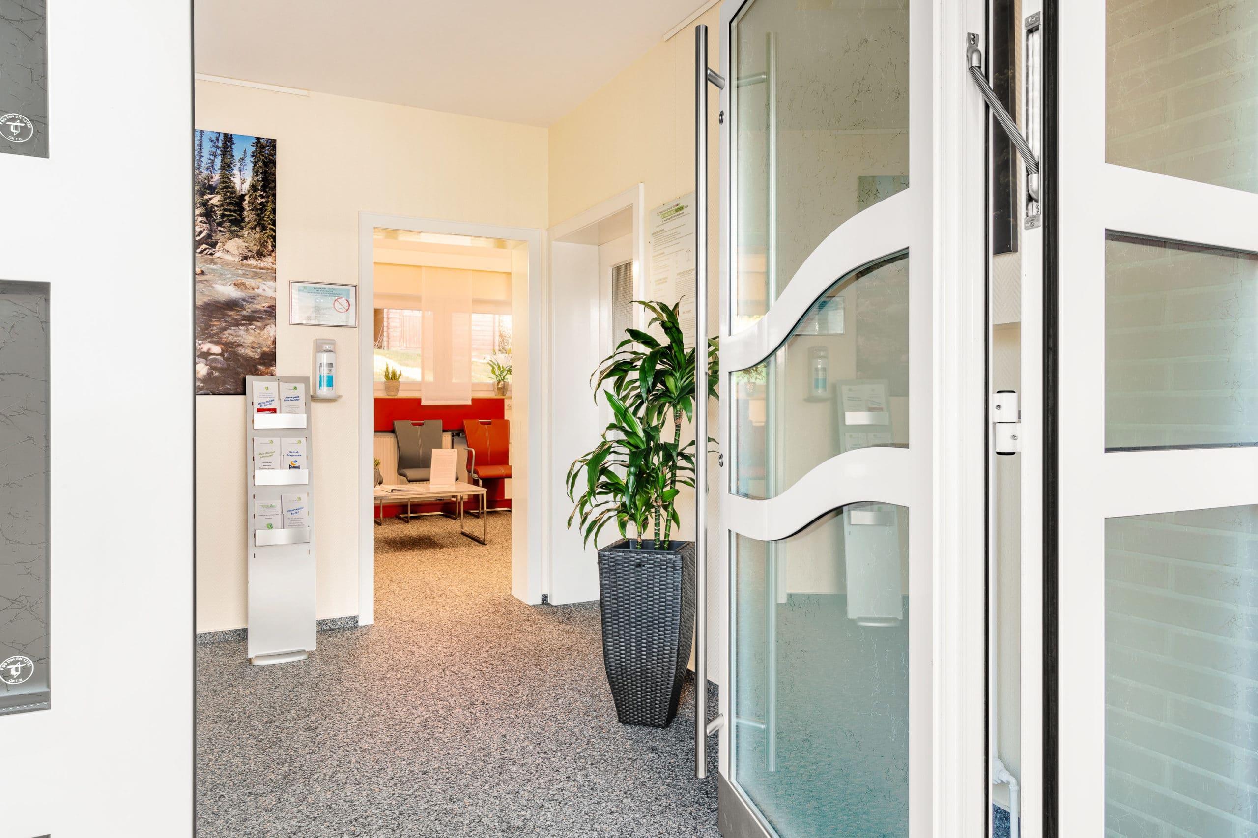 Fotografie des Eingangsbereichs einer Arztpraxis im Tecklenburger Land  Architekturfotograf für Praxisfotografie in Osnabrück Münster Bielefeld NRW Niedersachsen und bundesweit