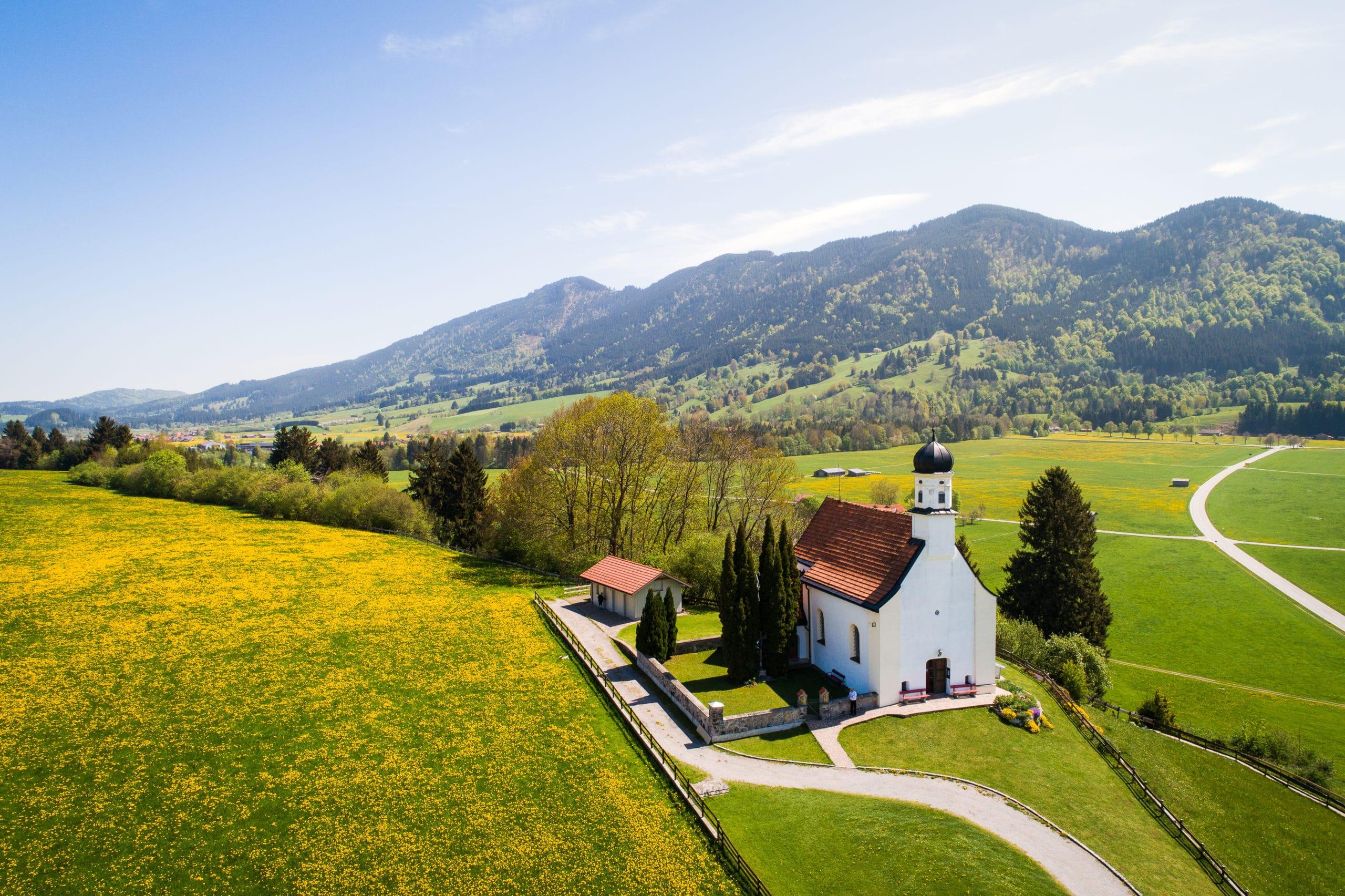 Luftaufnahme einer kleinen Kapelle für Tourismus Zwecke mit der Drohne |Werbefotograf in der Region Osnabrück Münster Bielefeld für Luftaufnahmen und Drohnenfotografie