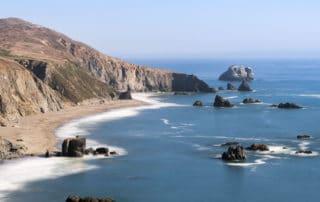 Die Küste von Sonoma County in Kalifornien mit samtig weichem Wasser dank Langzeitbelichtung