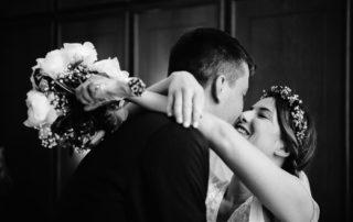 Brautpaar beim Kuss in der Stadtwaage Osnabrück während der standesamtlichen Trauung (in Corona Zeiten) |Hochzeitsfotograf Osnabrück Moritz Fähse