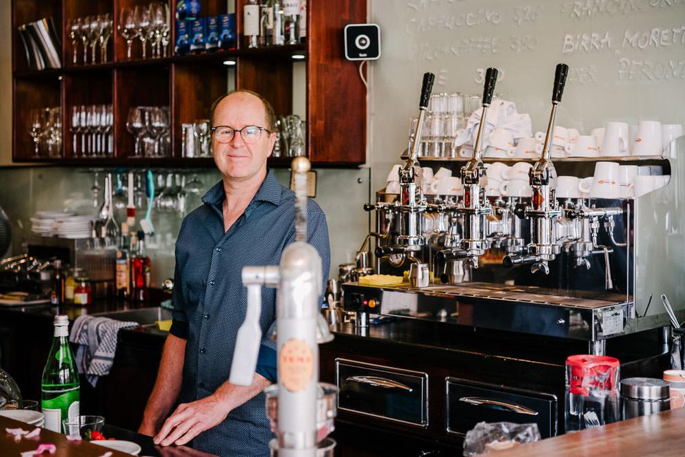 Maikel, Inhaber vom Café und Weinlokal Il Paradison in Osnabrück in seiner Bar