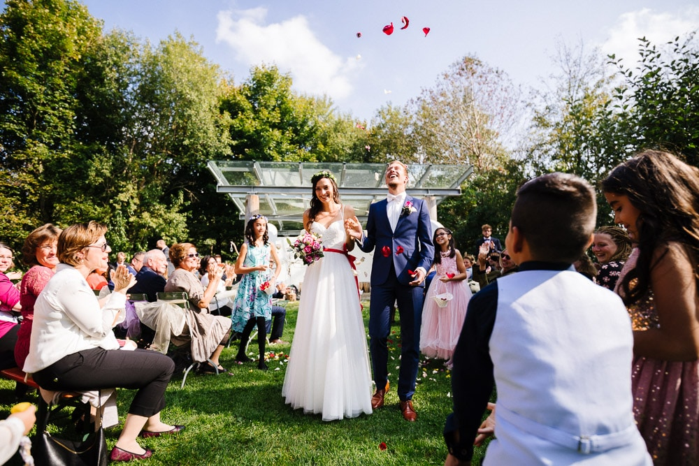 Hochzeitsreportage NRW, Brautpaar beim Auszug nach der freien Trauung