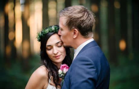 Hochzeitsfoto vom Brautpaar Sümi und Janosch im Wald | Hochzeitsfotograf Osnabrück