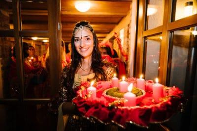 Zukünftige Braut am Henna Abend vor der Hochzeit mit Kerzenlicht