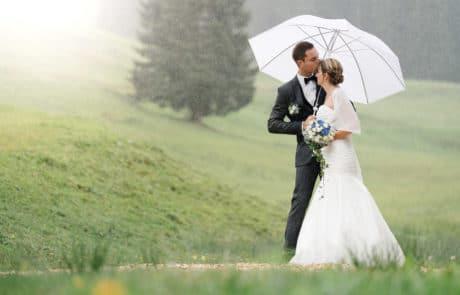 Hochzeitsfoto von Nicole und Sascha auf einem Weg im Allgäu im Regen