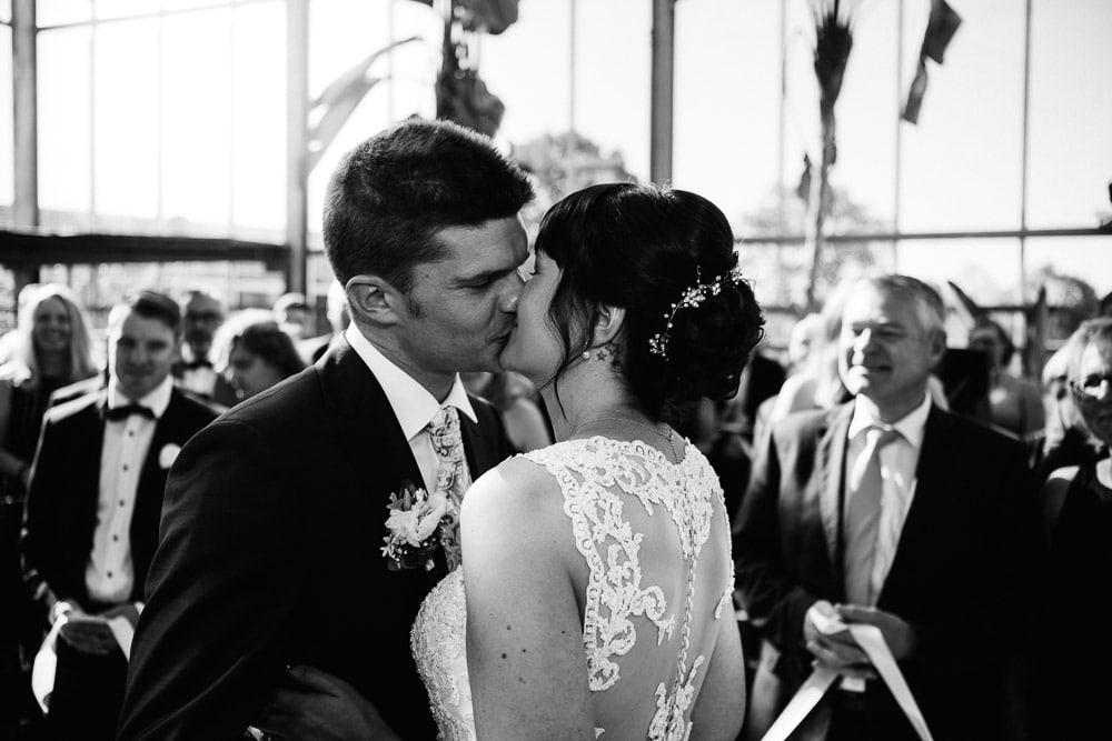 Brautpaar beim Kuss im Palmenhaus
