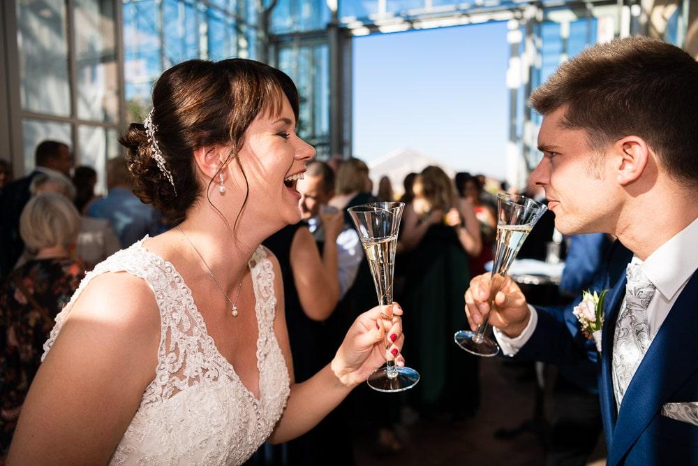 Sektempfang Brautpaar stößt an