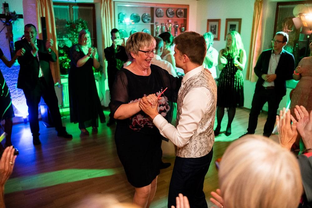 Bräutigam beim Tanzen