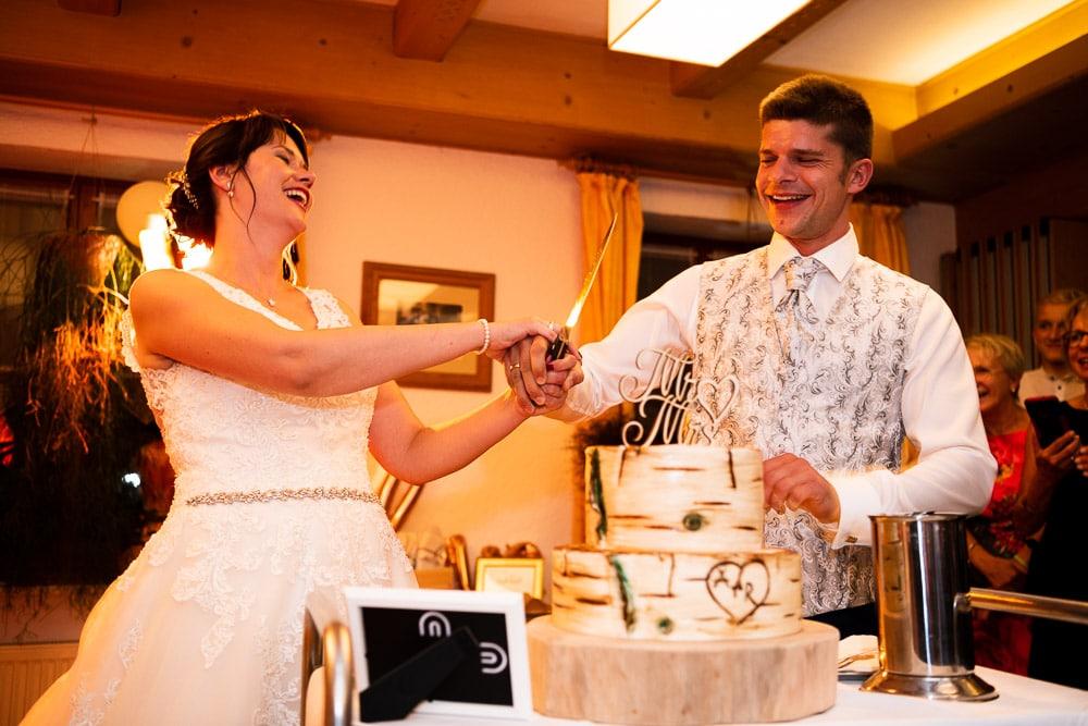 Wer hat die Hand oben? Hochzeitstorte anschneiden